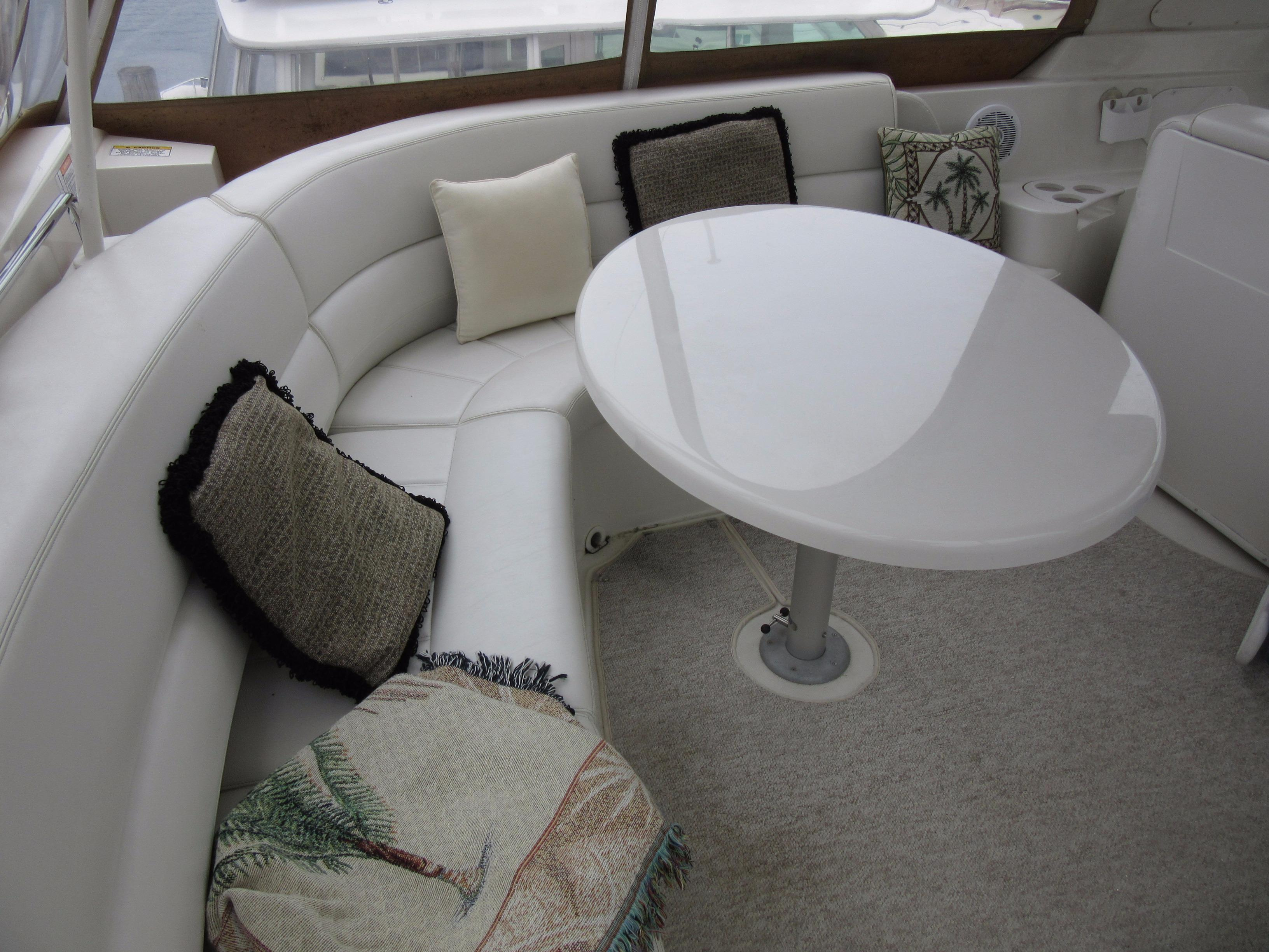 FLYBRIDGE LOUNGE SEATING
