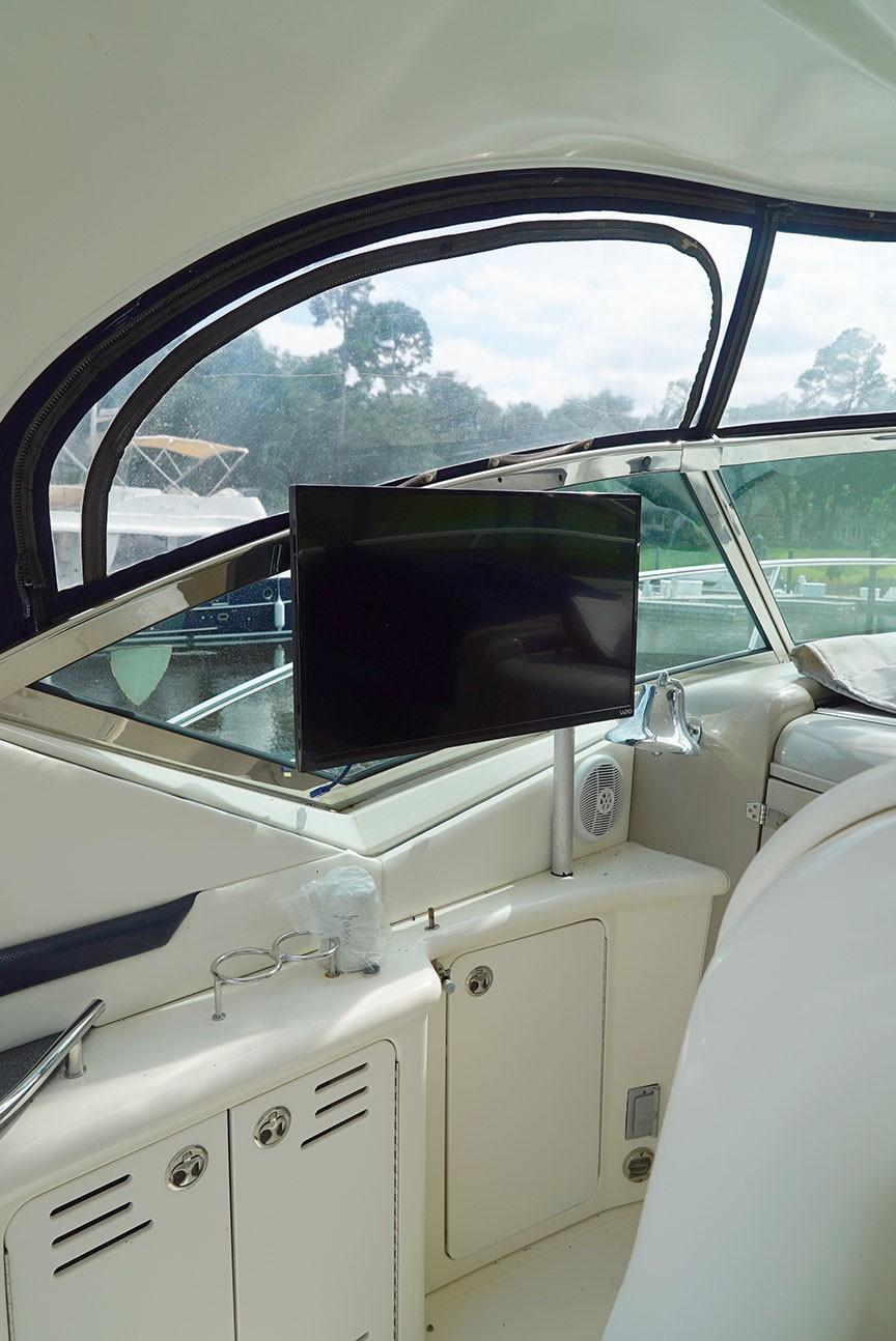 Sea Ray 420 Sundancer - Cockpit TV