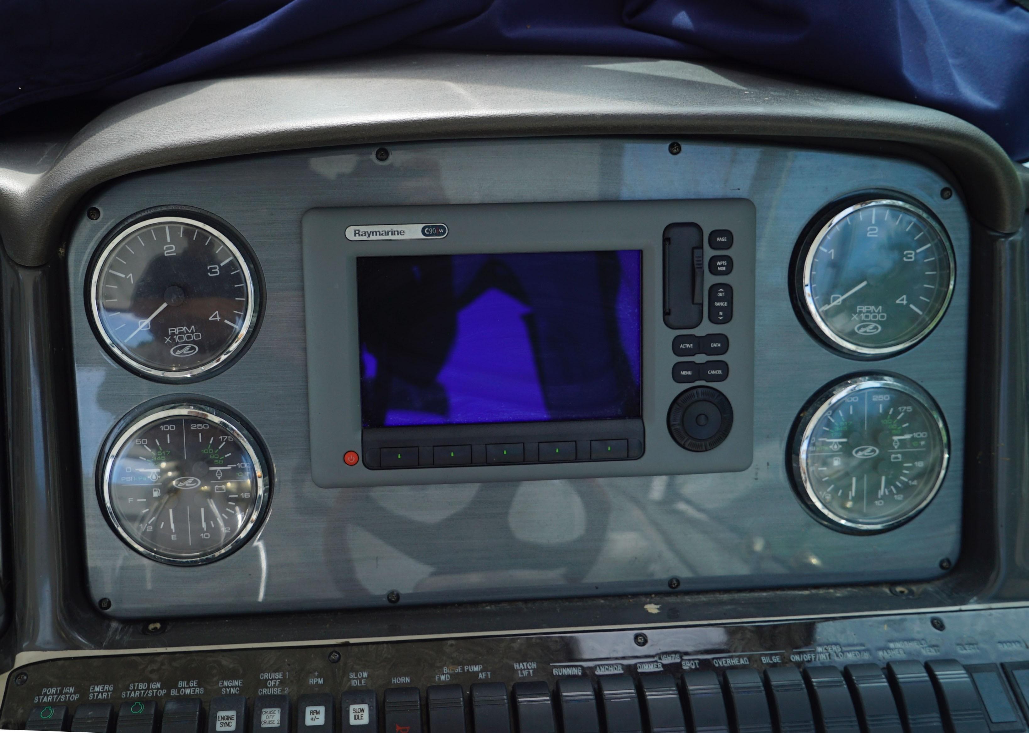 Sea Ray 420 Sundancer - Center Helm