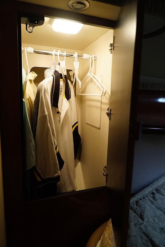 Sea Ray 420 Sundancer - Hanging Closet