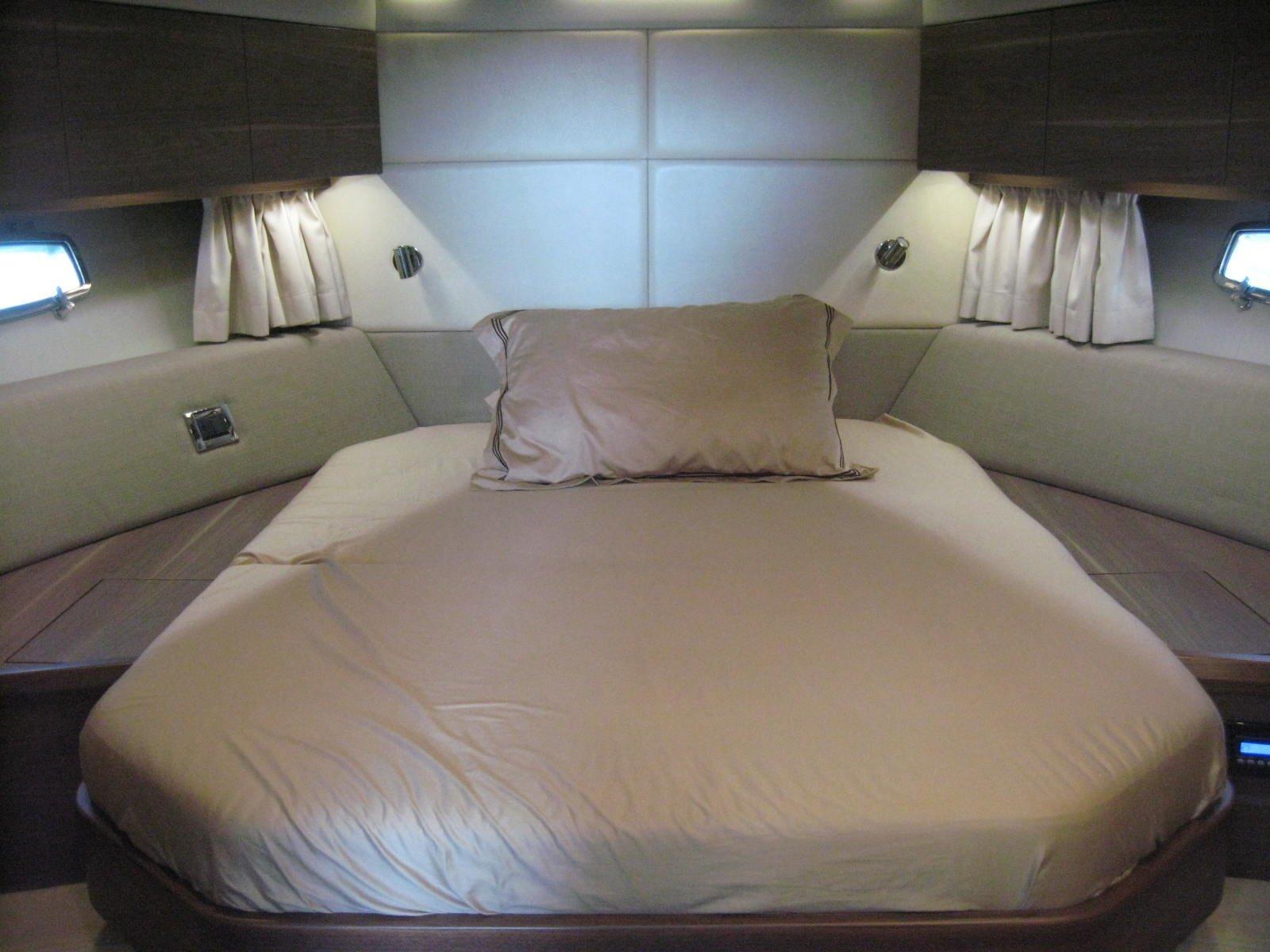 Sealine F450 Master cabin