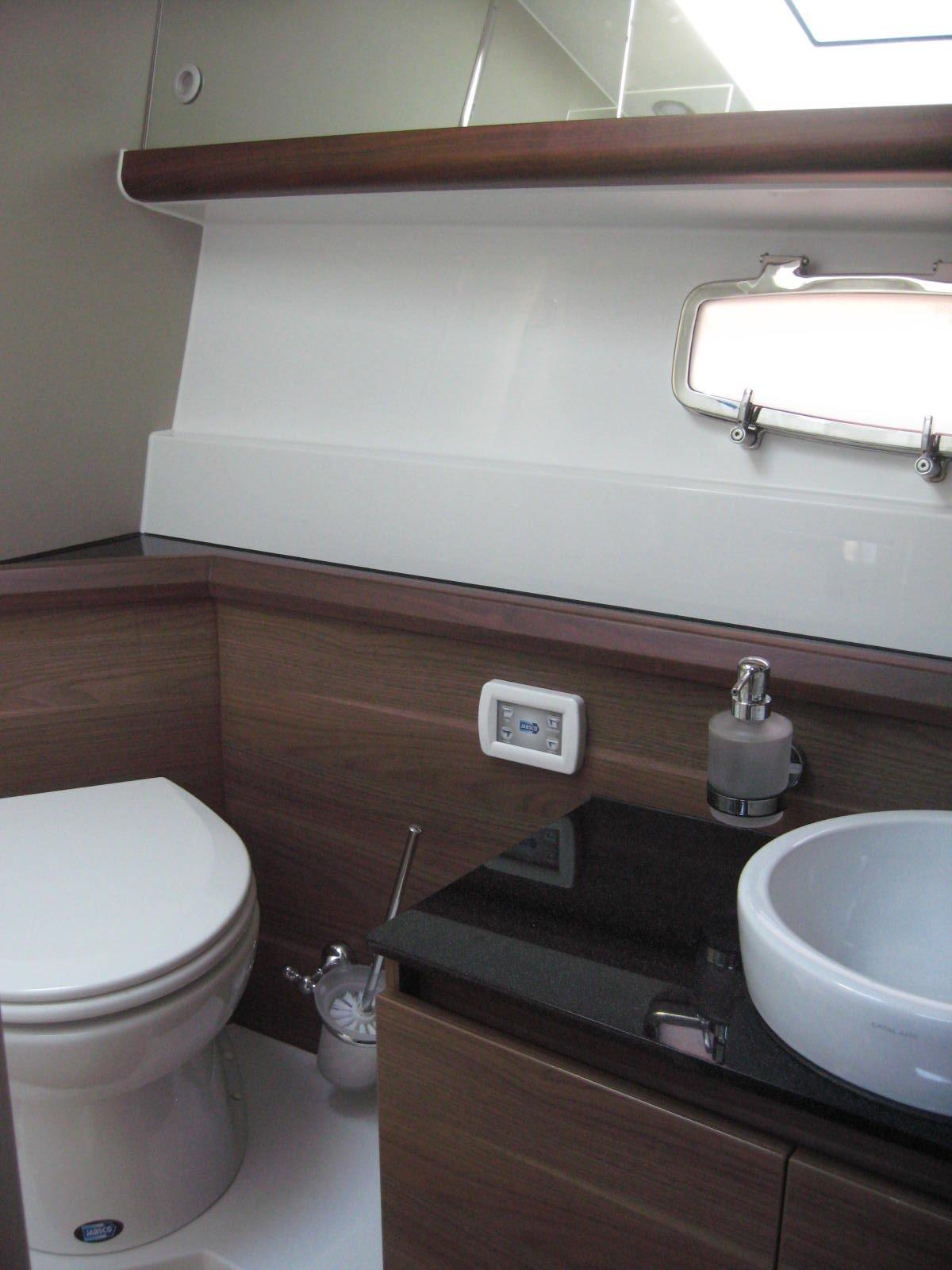 Sealine F450 Washroom