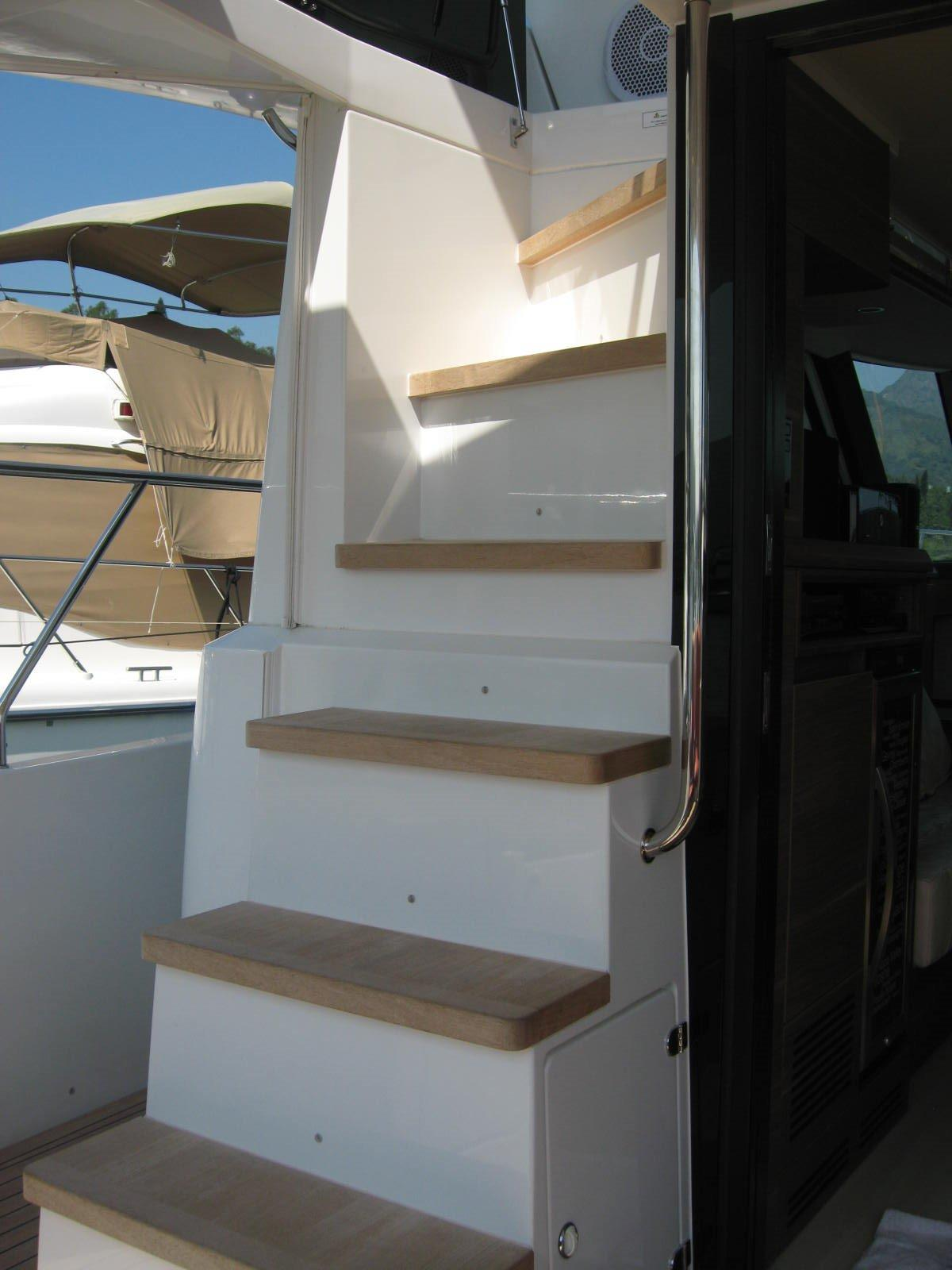 Sealine F450 Flybridge stairs