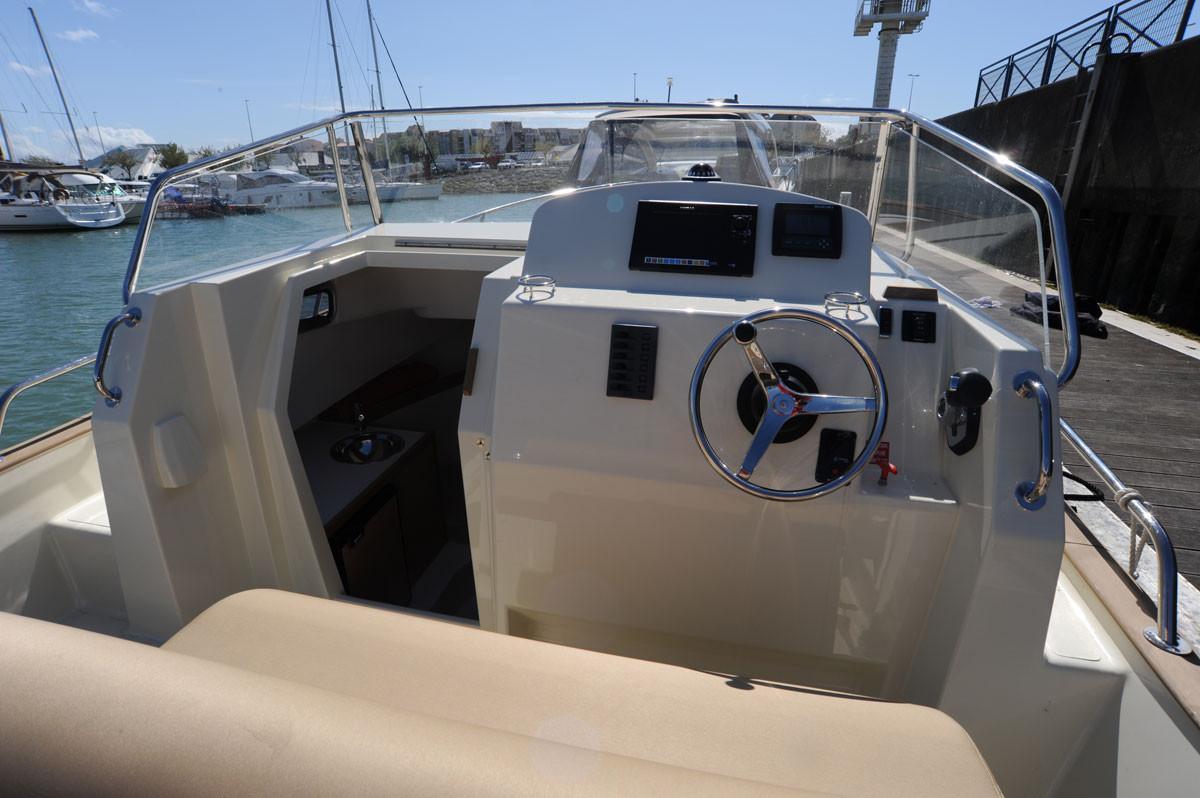 Rhea Marine Open 27 Escapade helm