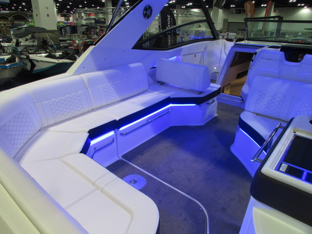 2020 Sea Ray boat for sale, model of the boat is 320 Sundancer & Image # 9 of 15