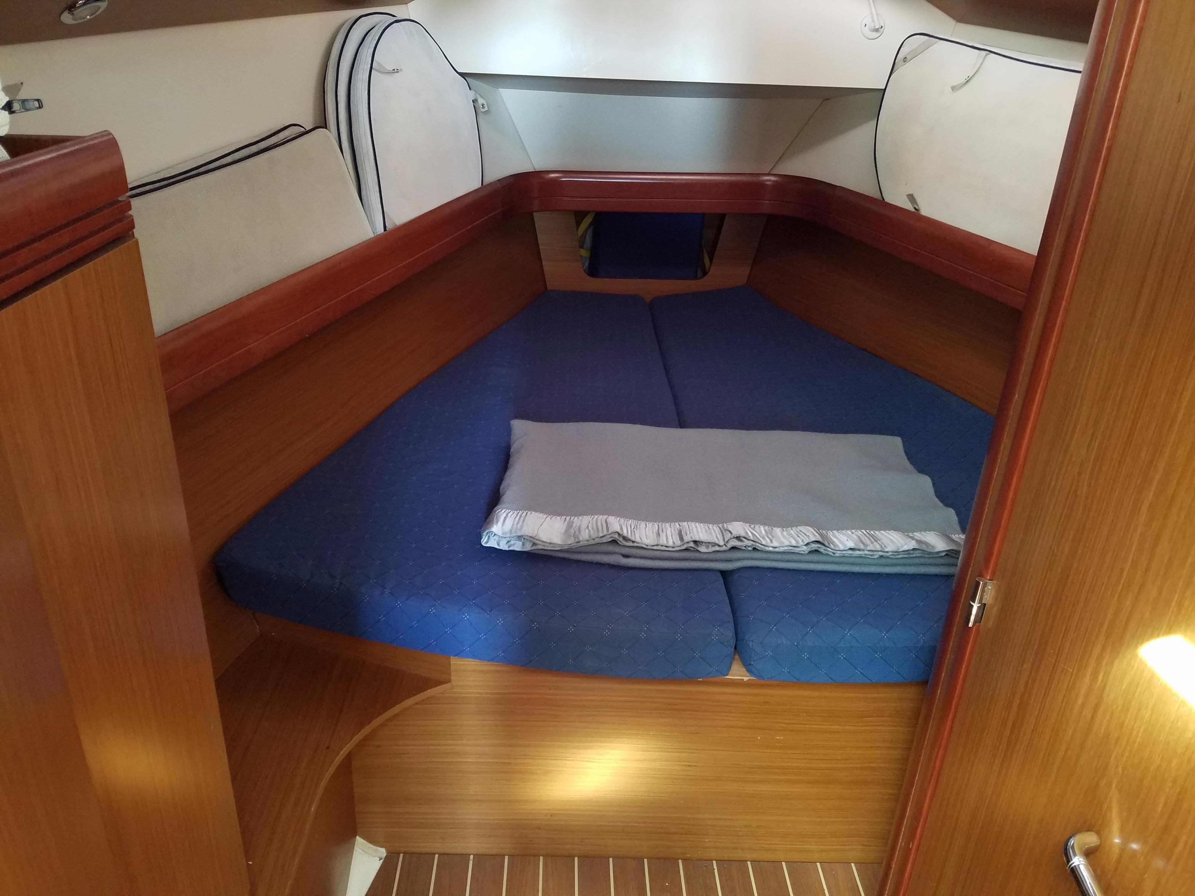Jeanneau 42 DS - Forward Cabin