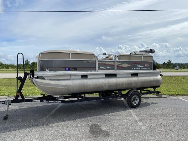 2018 Sun Tracker boat for sale, model of the boat is PARTY BARGE® 18 DLX & Image # 1 of 9