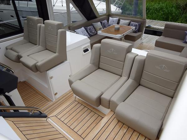 Sealine S450 - Helm Position