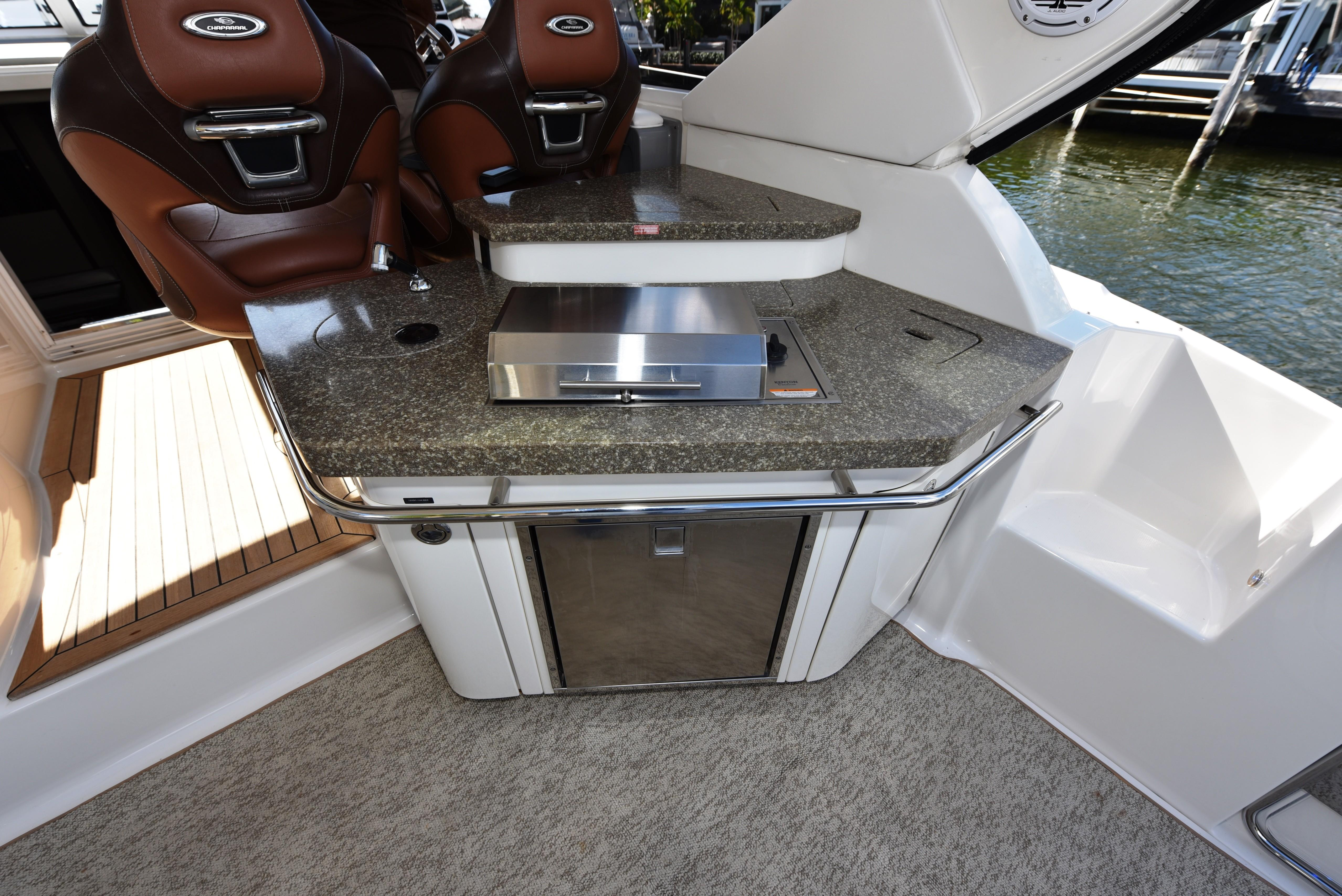2010 Chaparral 400 Premier - Wet bar