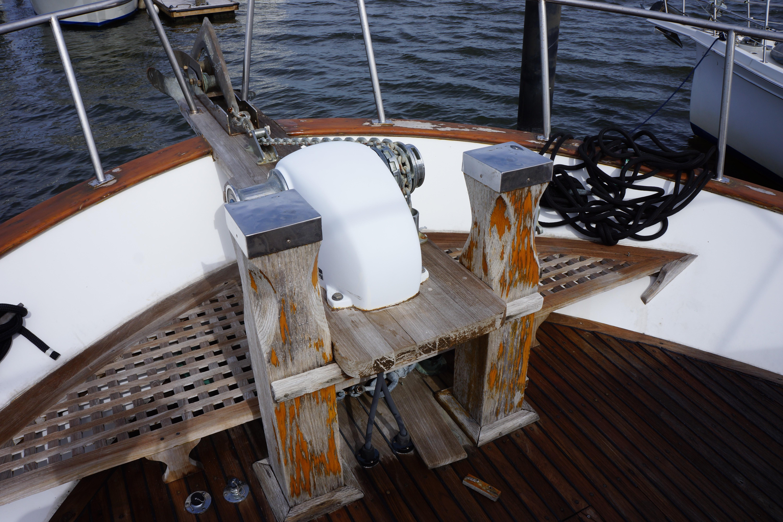 Marine Trader 50 Motoryacht - Sampson posts and windlass