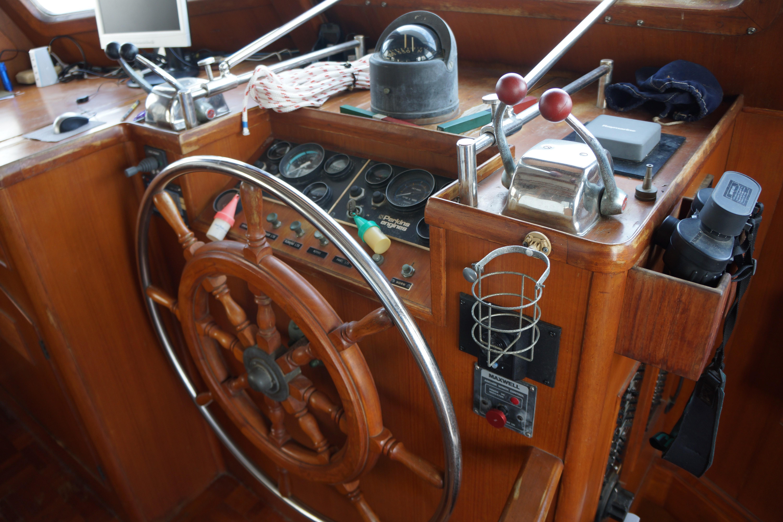 Marine Trader 50 Motoryacht - lower helm station