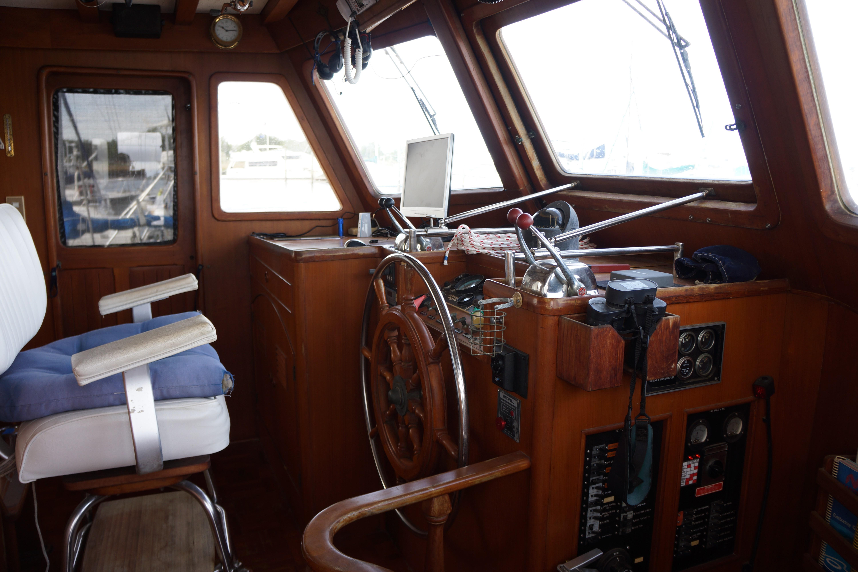Marine Trader 50 Motoryacht - lower helm