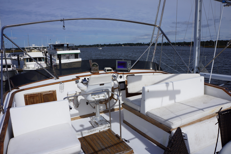 Marine Trader 50 Motoryacht - fly bridge helm
