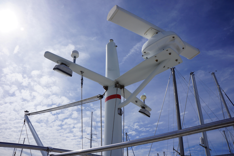 Marine Trader 50 Motoryacht - central mast and open radar array