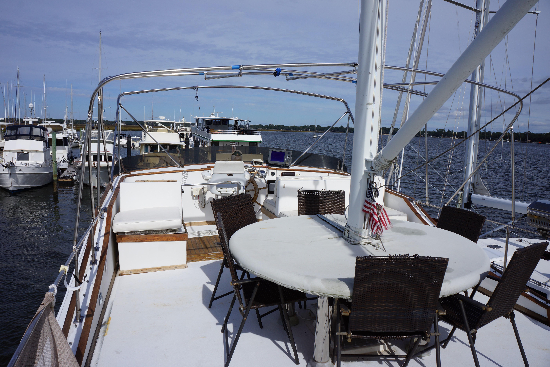 Marine Trader 50 Motoryacht - expansive upper deck for entertaining