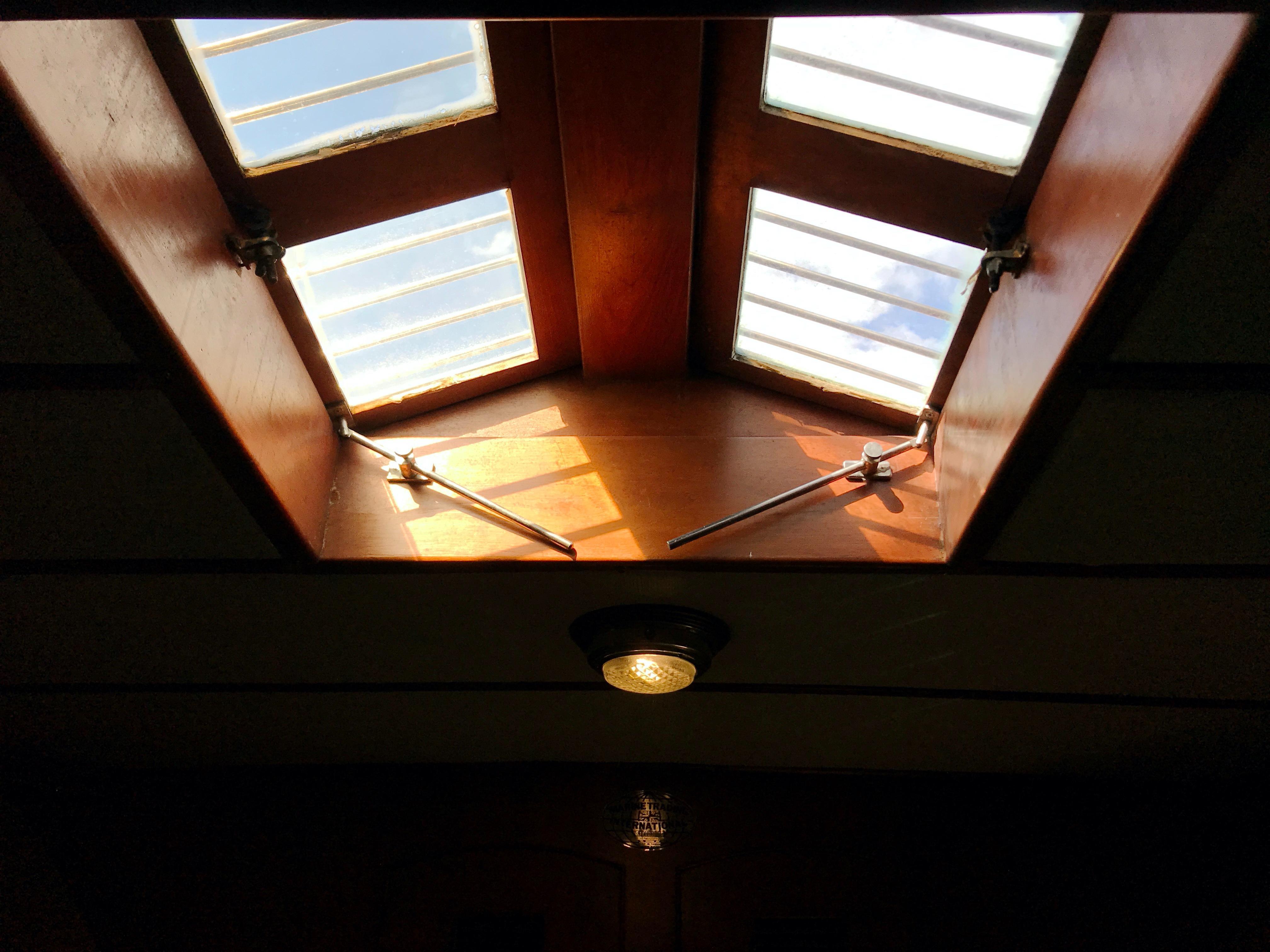 Marine Trader 50 Motoryacht - v-berth skylight hatch