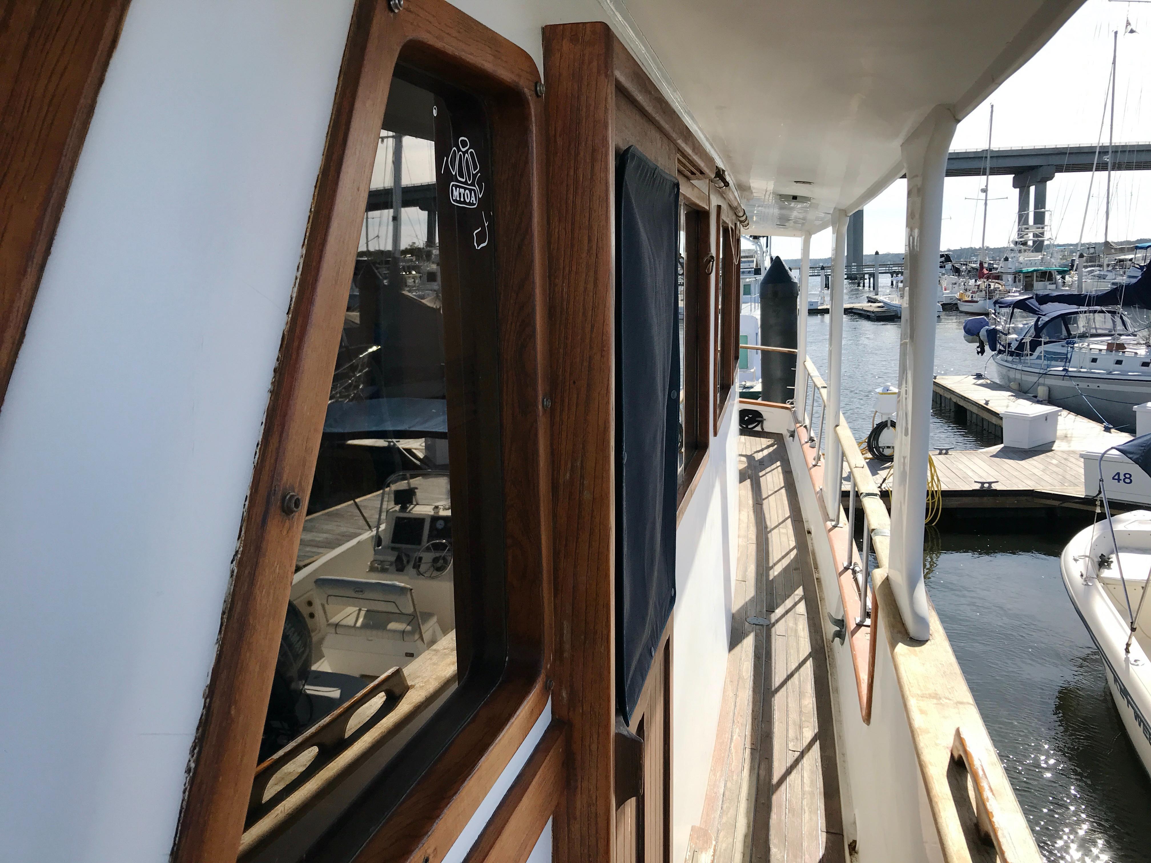 Marine Trader 50 Motoryacht - port side deck looking aft