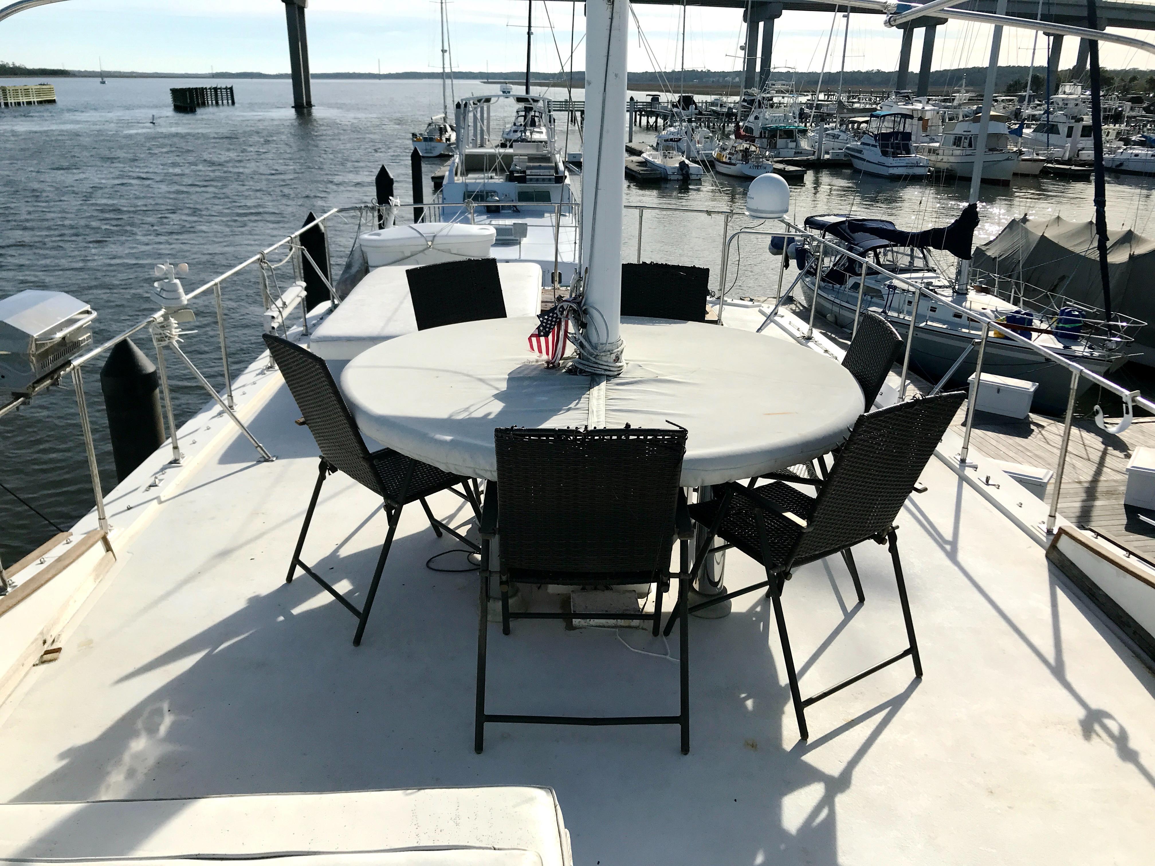 Marine Trader 50 Motoryacht - upper deck custom table