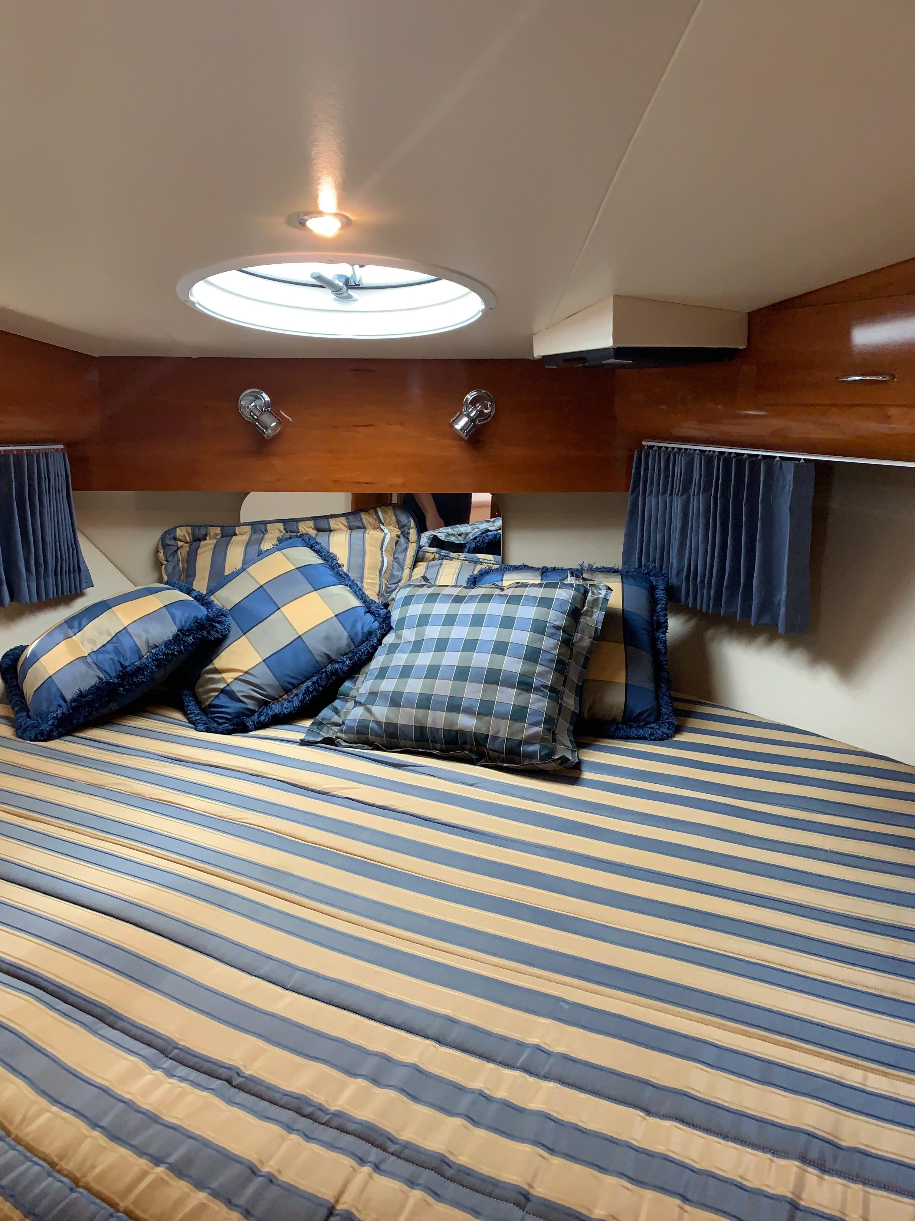 Carver 36 Motor Yacht - Fwd Stateroom