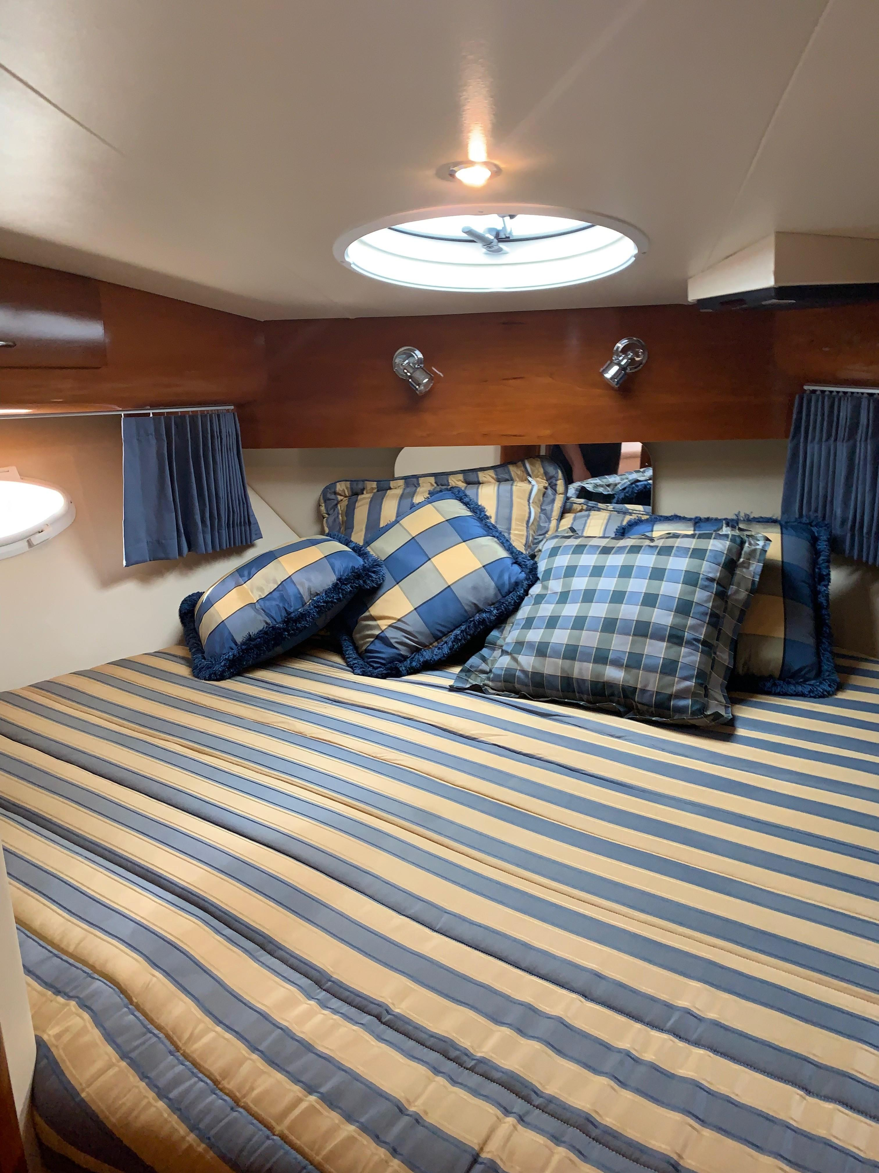 Carver 36 Motor Yacht - Fwd Stateroom 2