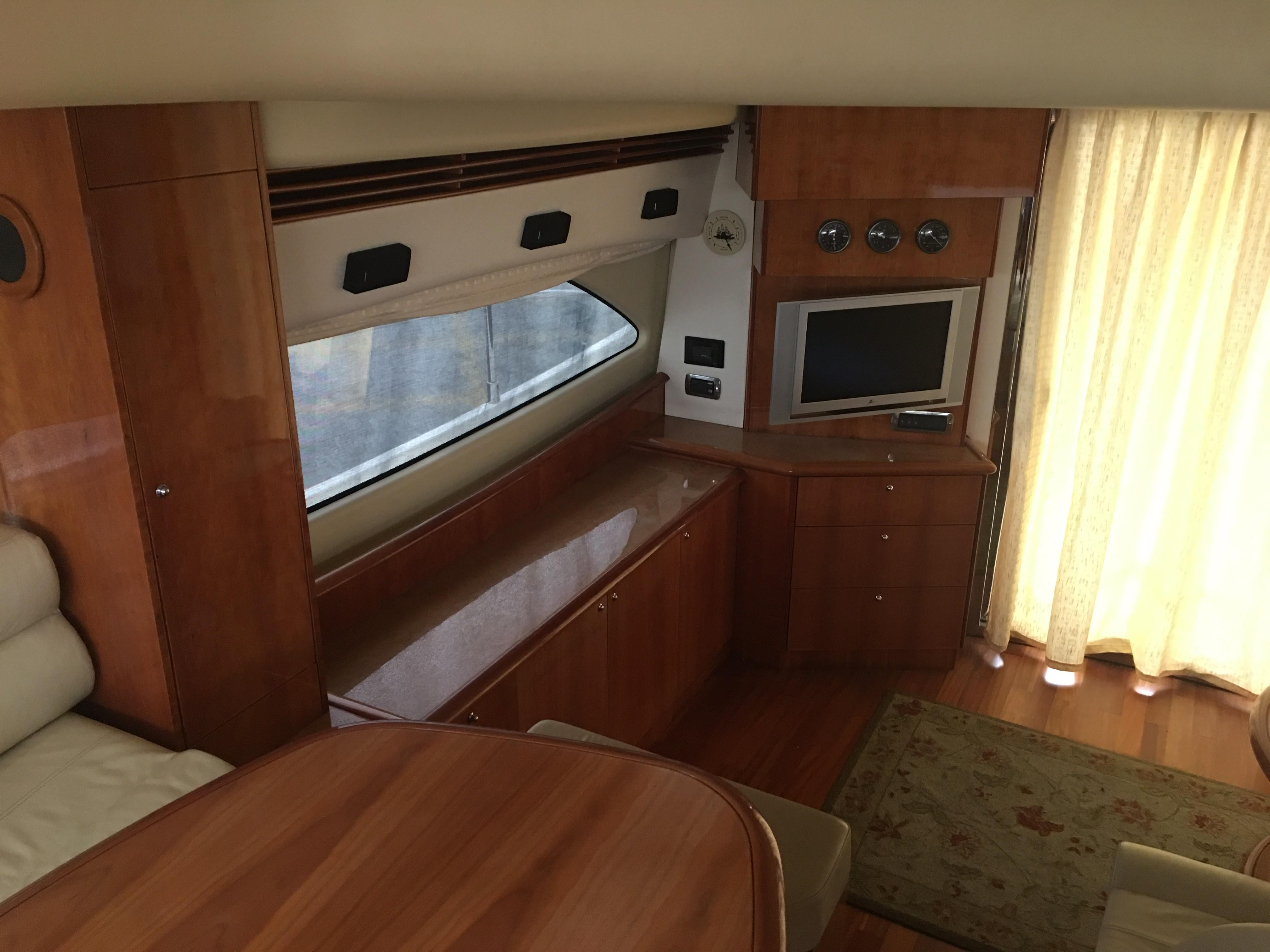 Salon looking to starboard