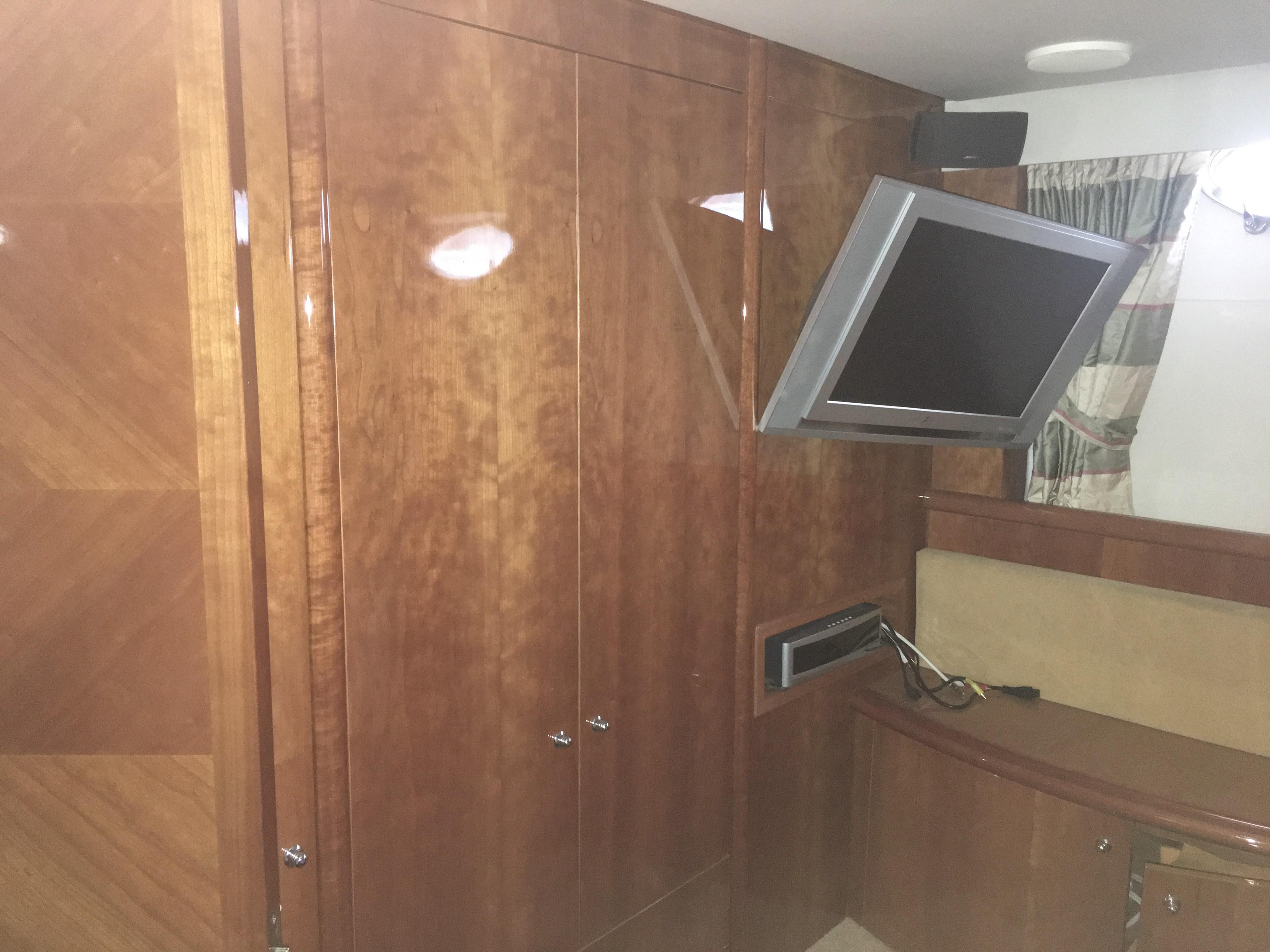 Guest cabin forward to starboard