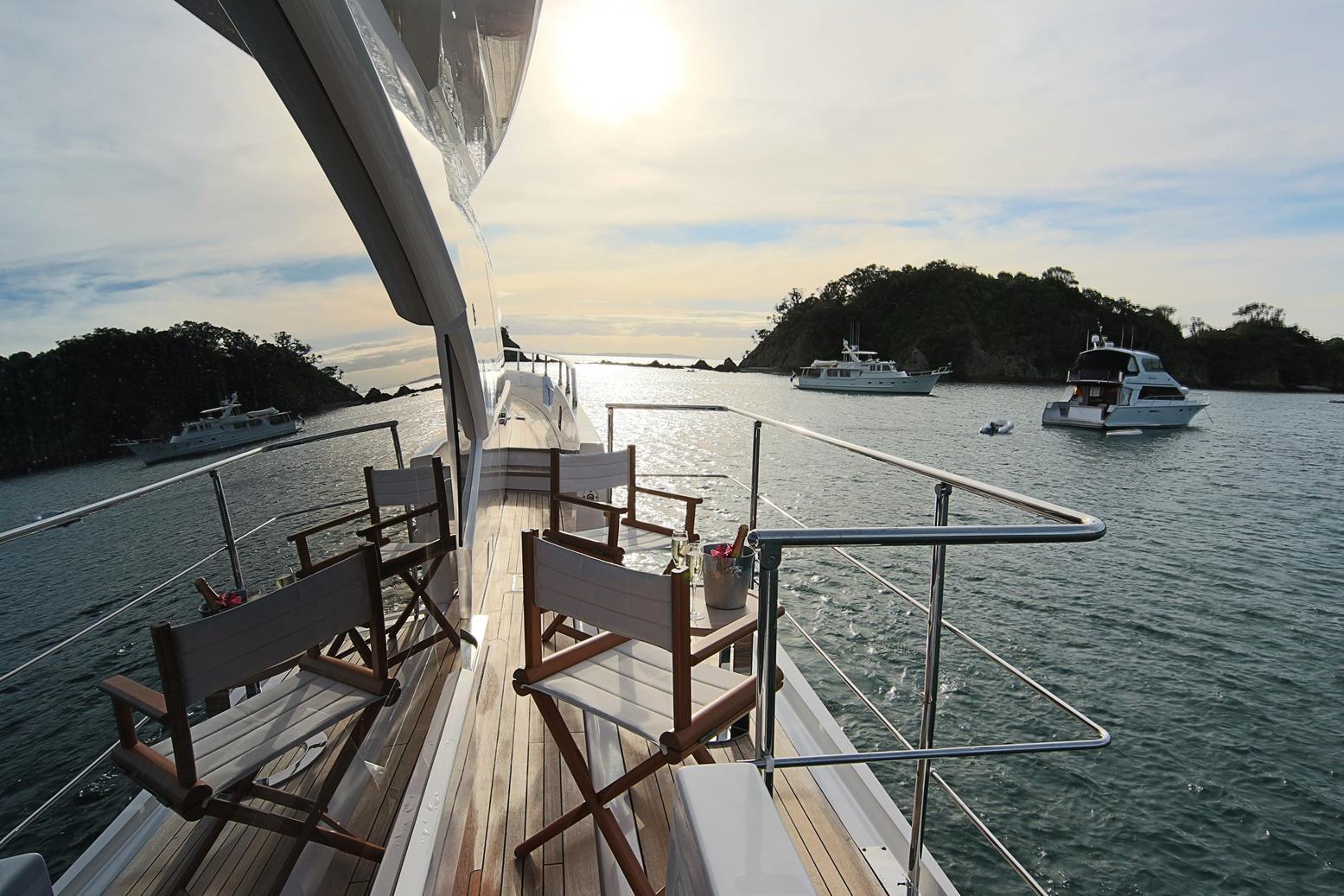 Azimut 100 Grande side deck