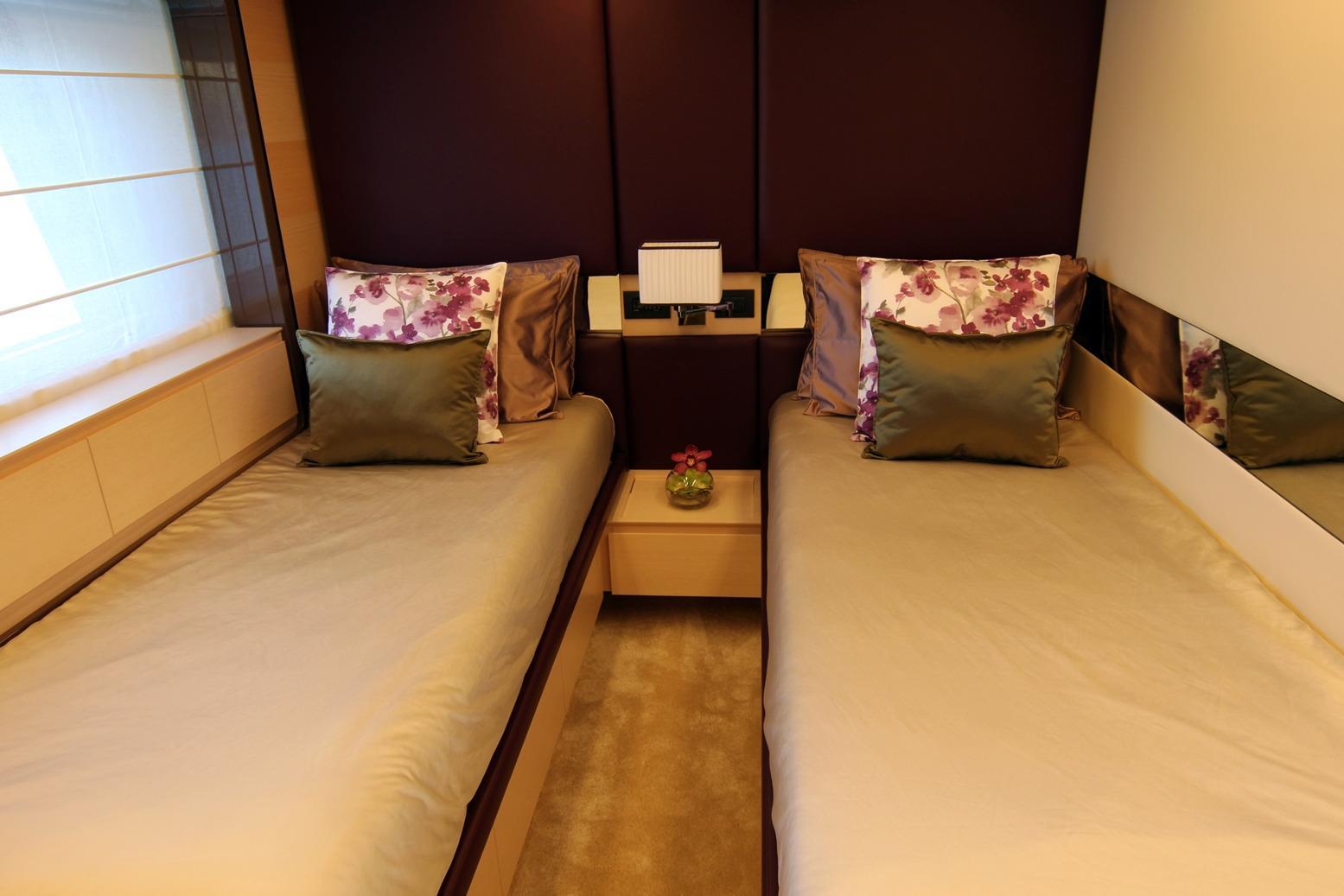 Azimut 100 Grande guest twin cabin