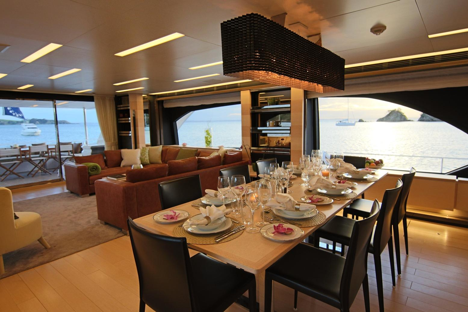 Azimut 100 Grande dining