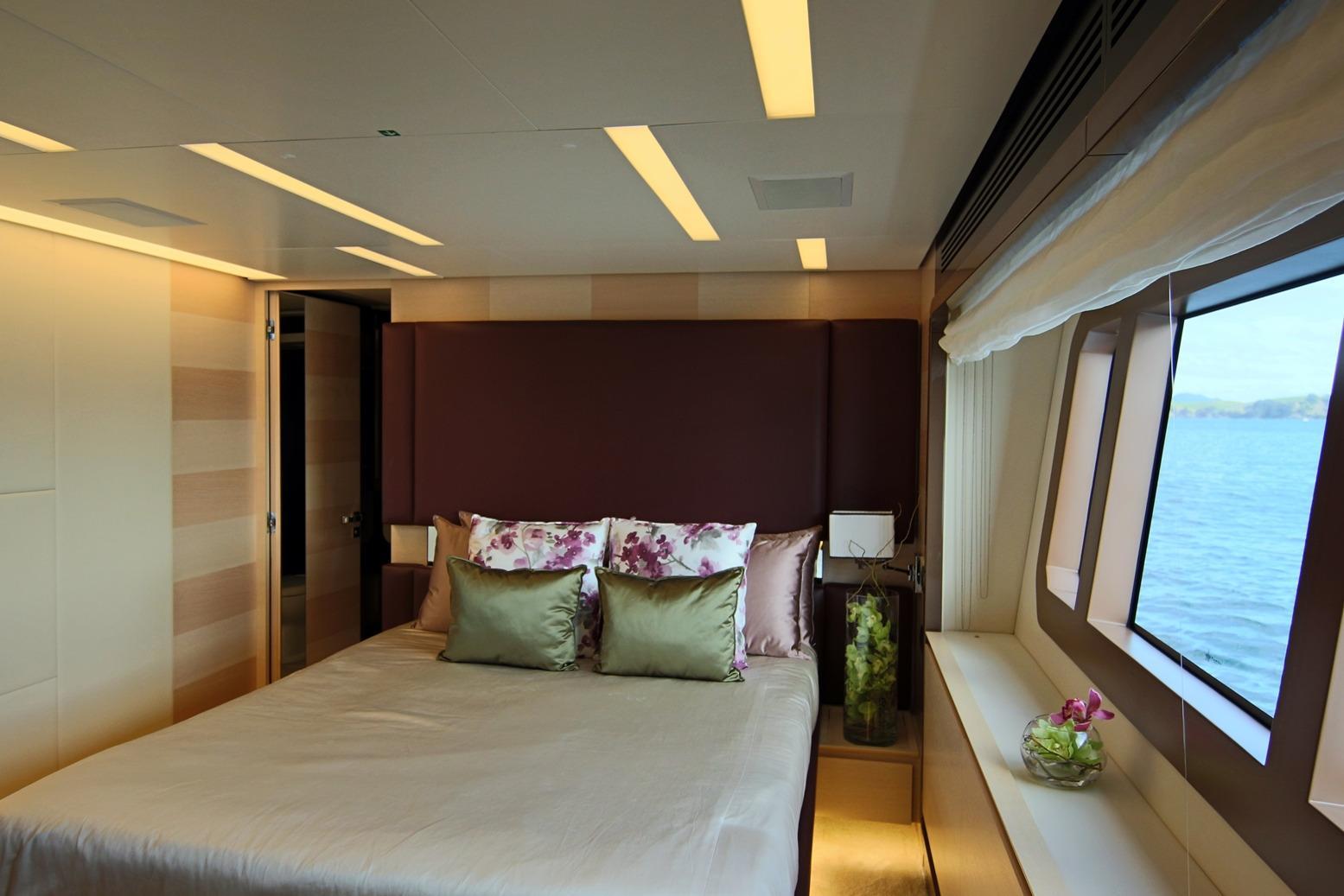 Azimut 100 Grande guest double cabin