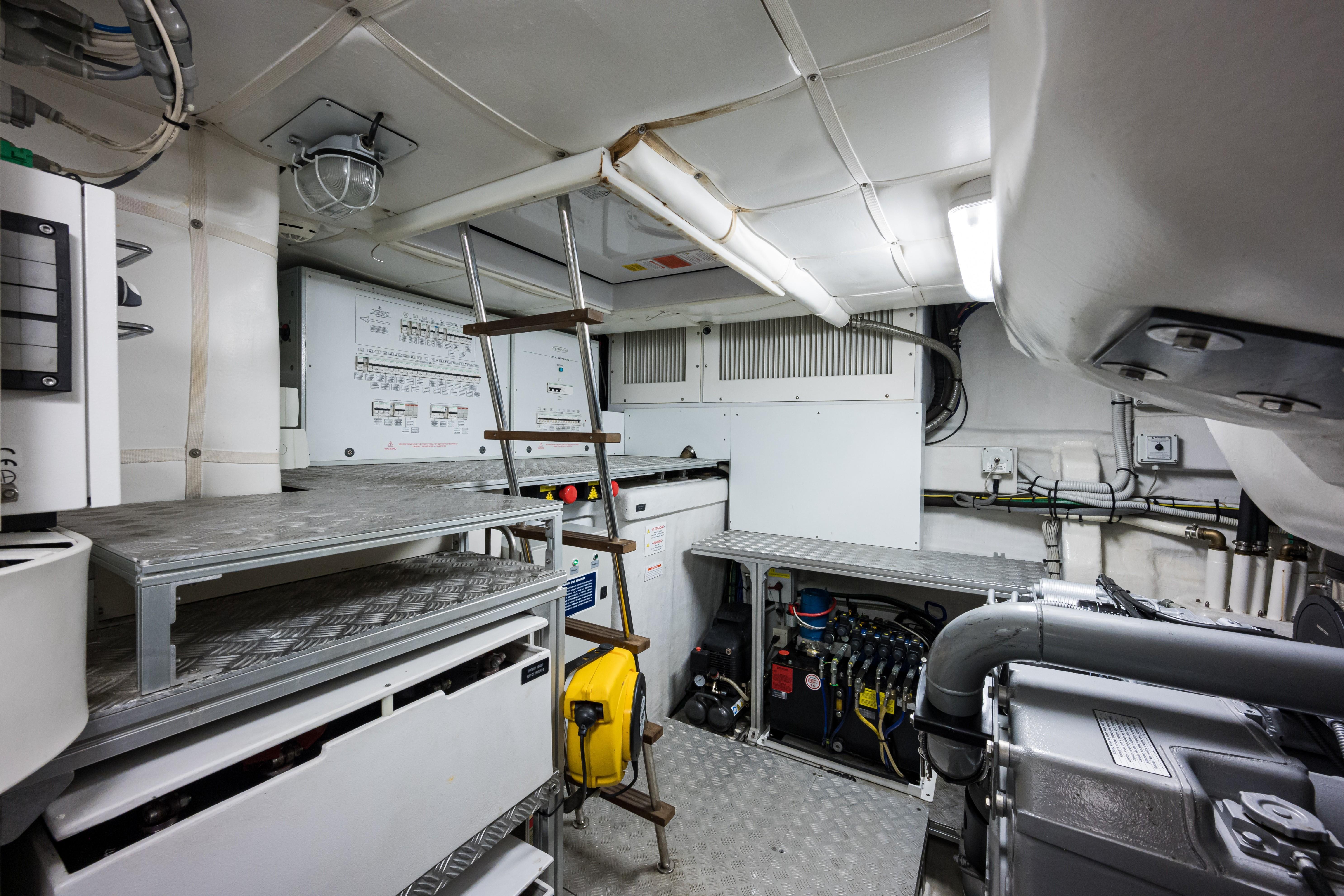 Sunshine, 62 Pershing 2014 Engine Room