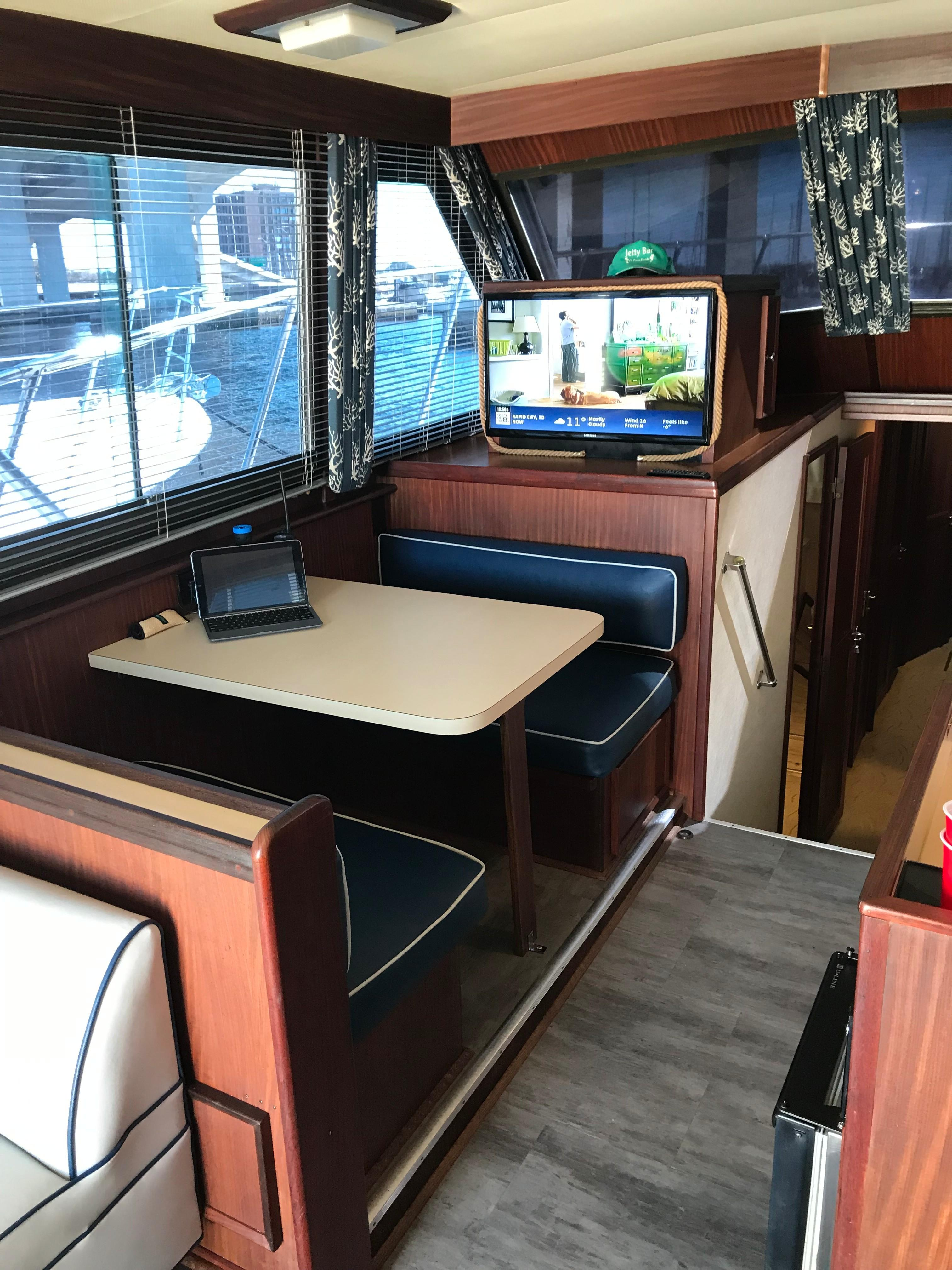 Hatteras Convertible - MUST SEE - Dinette to port
