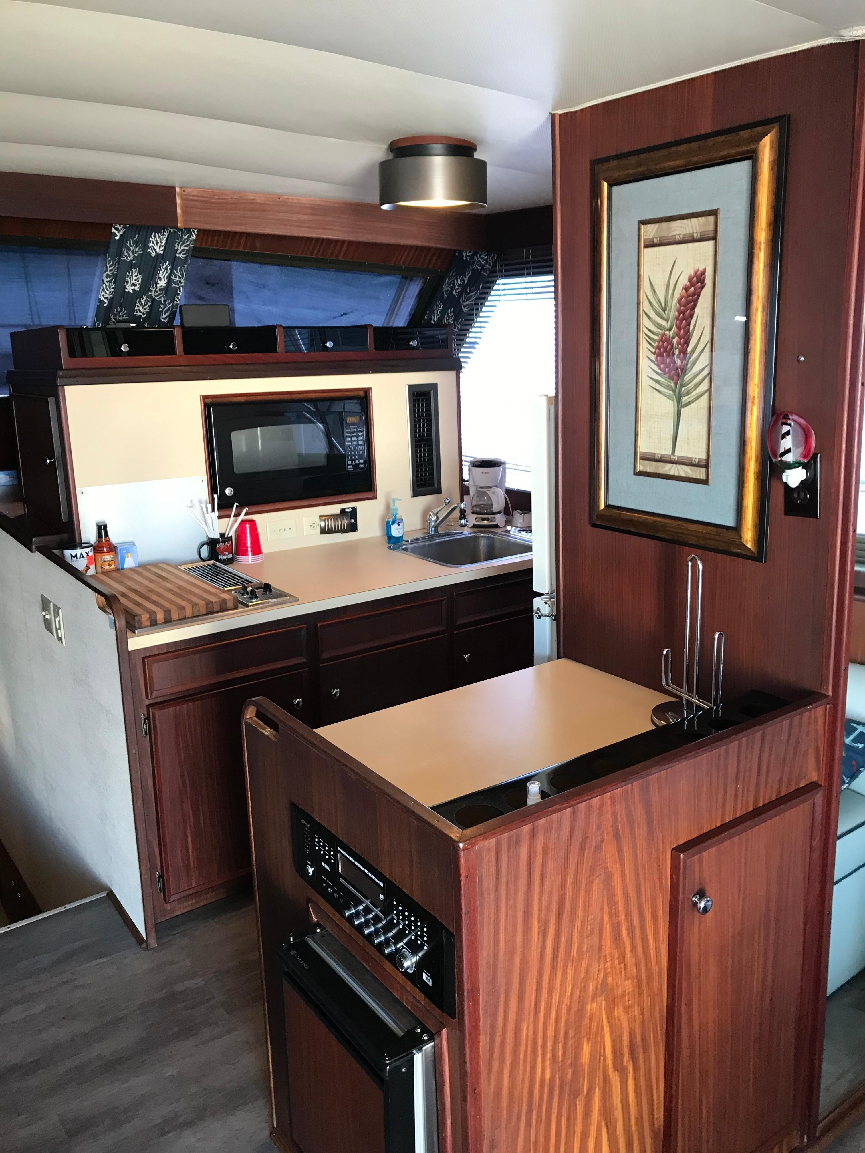 Hatteras Convertible - MUST SEE - Galley/wet bar to starboard