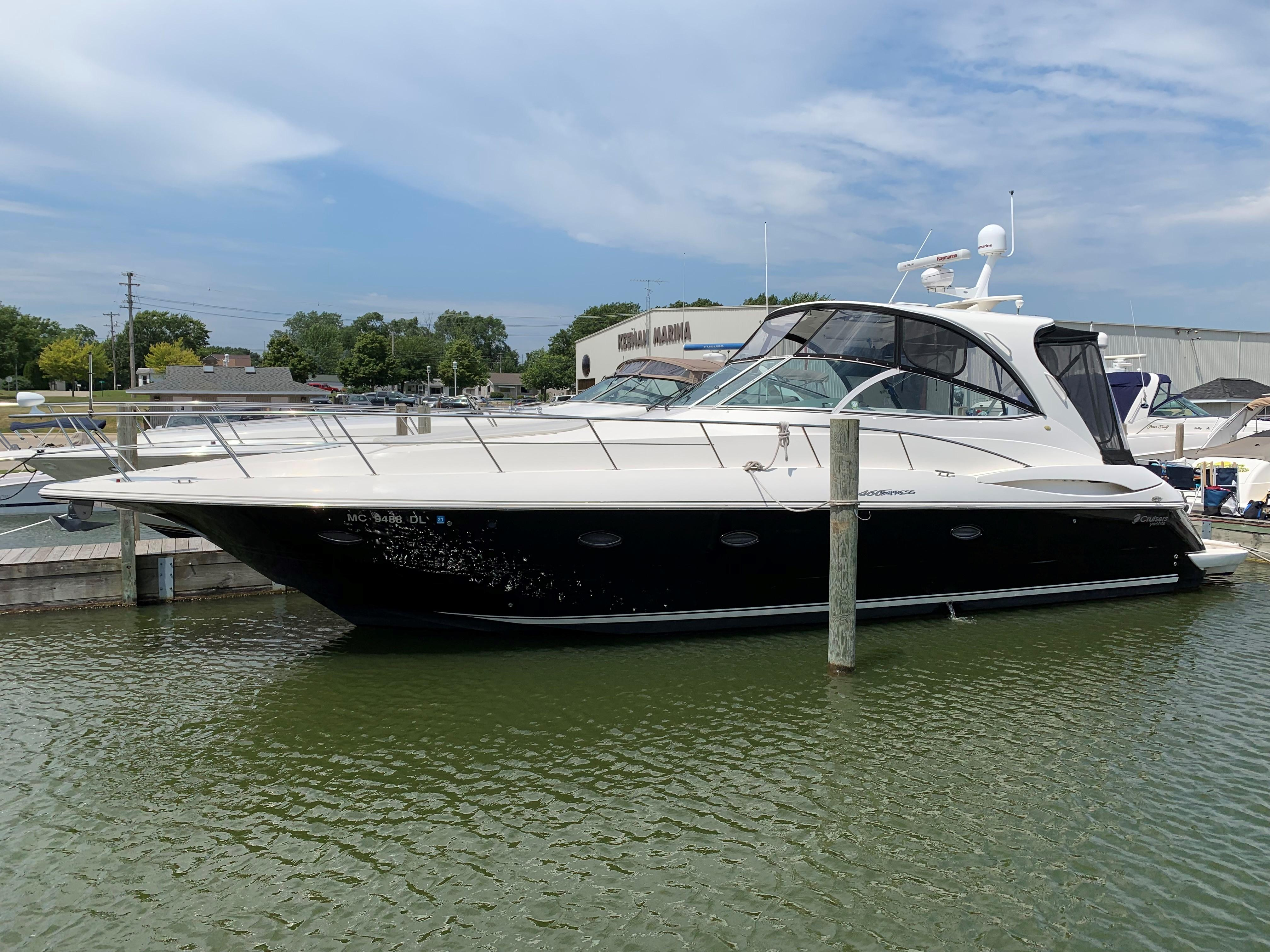 46 ft Cruisers Yachts 440 Express