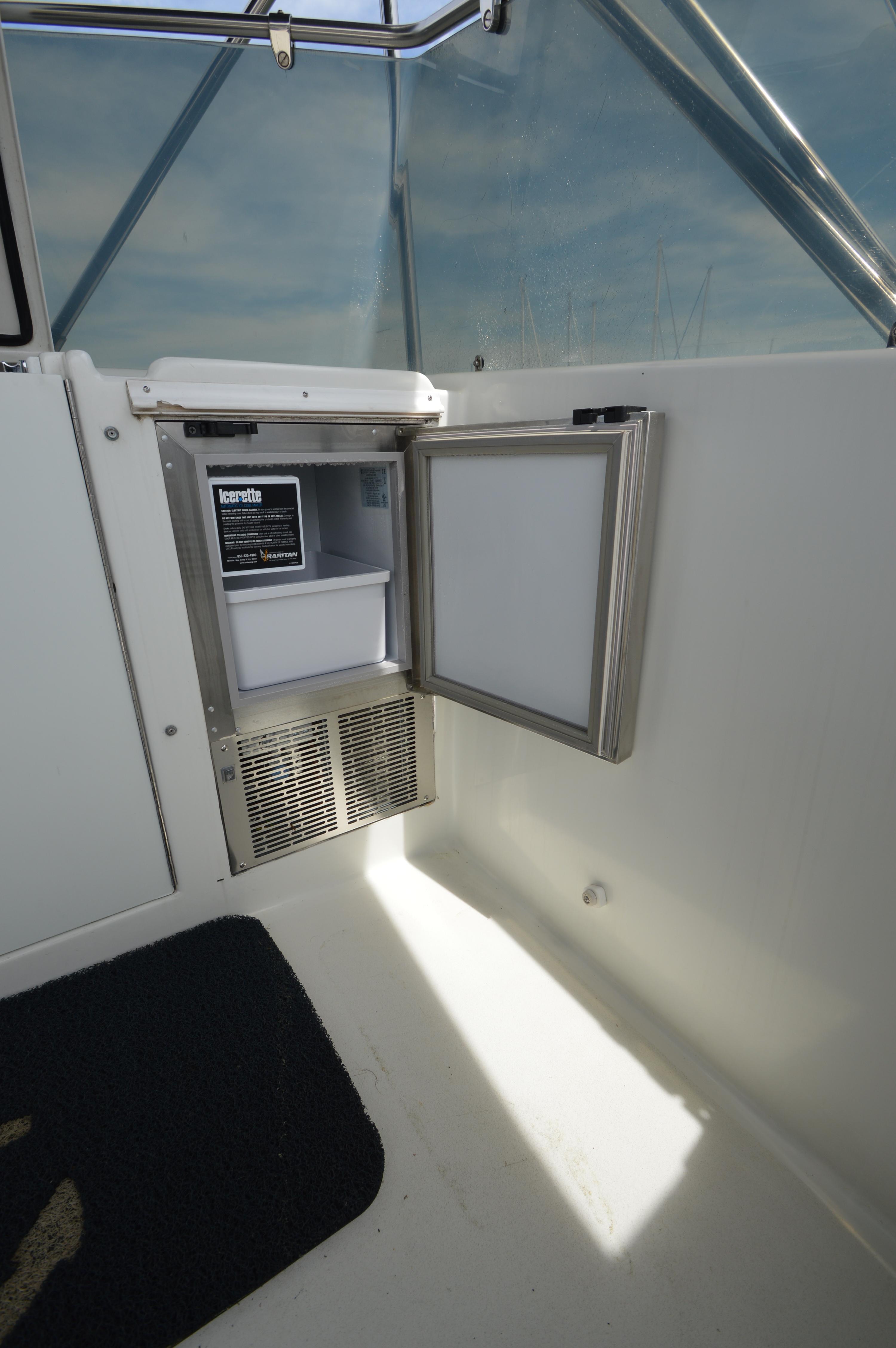 1990 Hatteras 54 ED, upper deck Icemaker