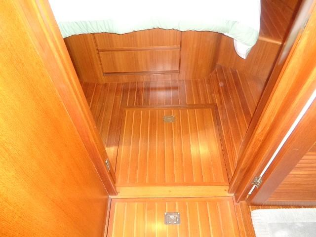 Hyatt 51 Motor Yacht - Forward teak and sole