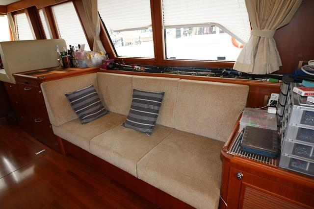 Saloon: additional seating on Starboard