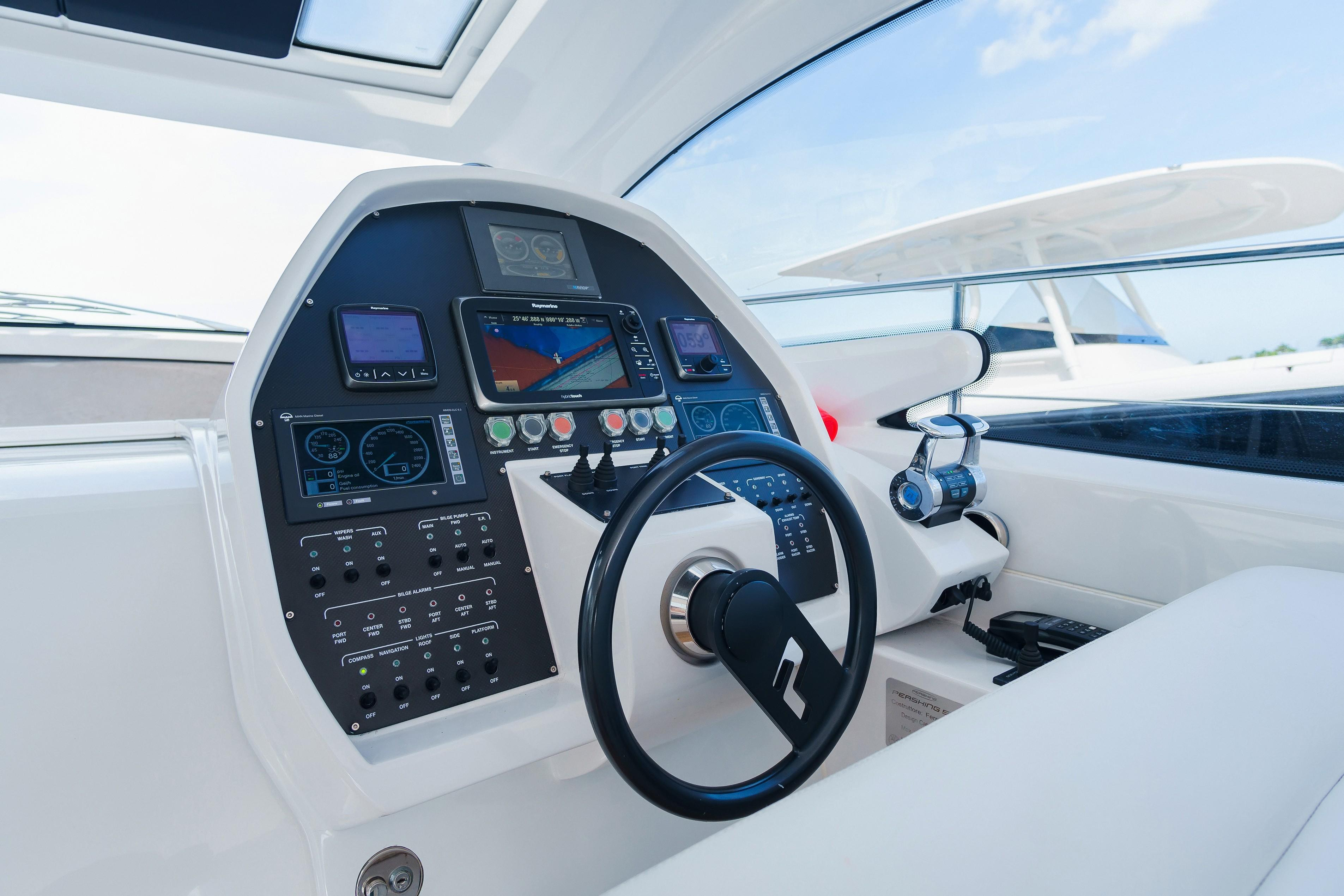 50' Pershing 2013 - Helm station