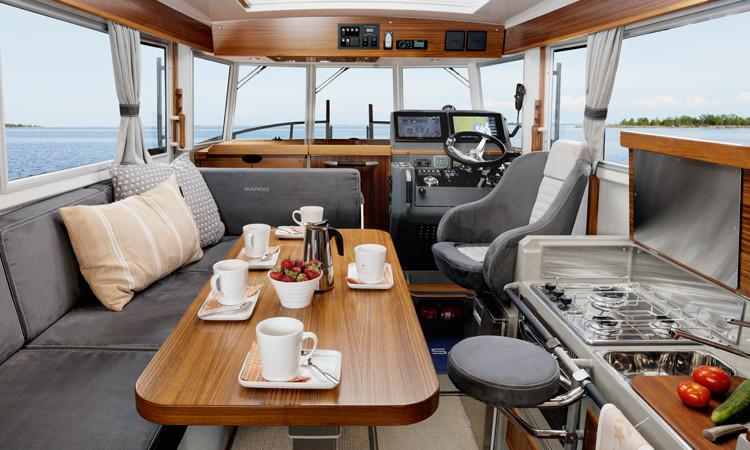 Sargo 33 Explorer wheelhouse