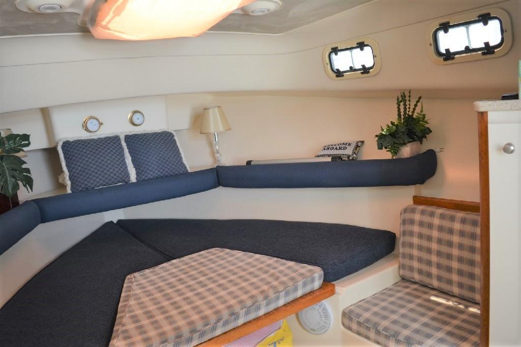 Mainship Pilot 30 - Dinette Area/V-Berth