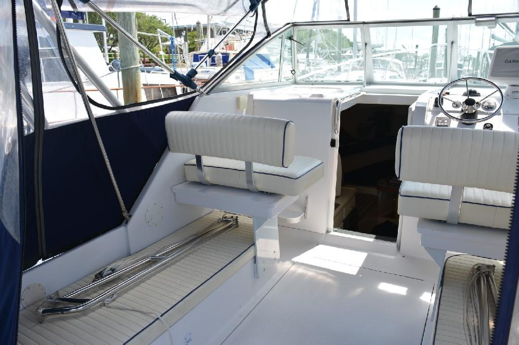 Mainship Pilot 30 - Helm Seating