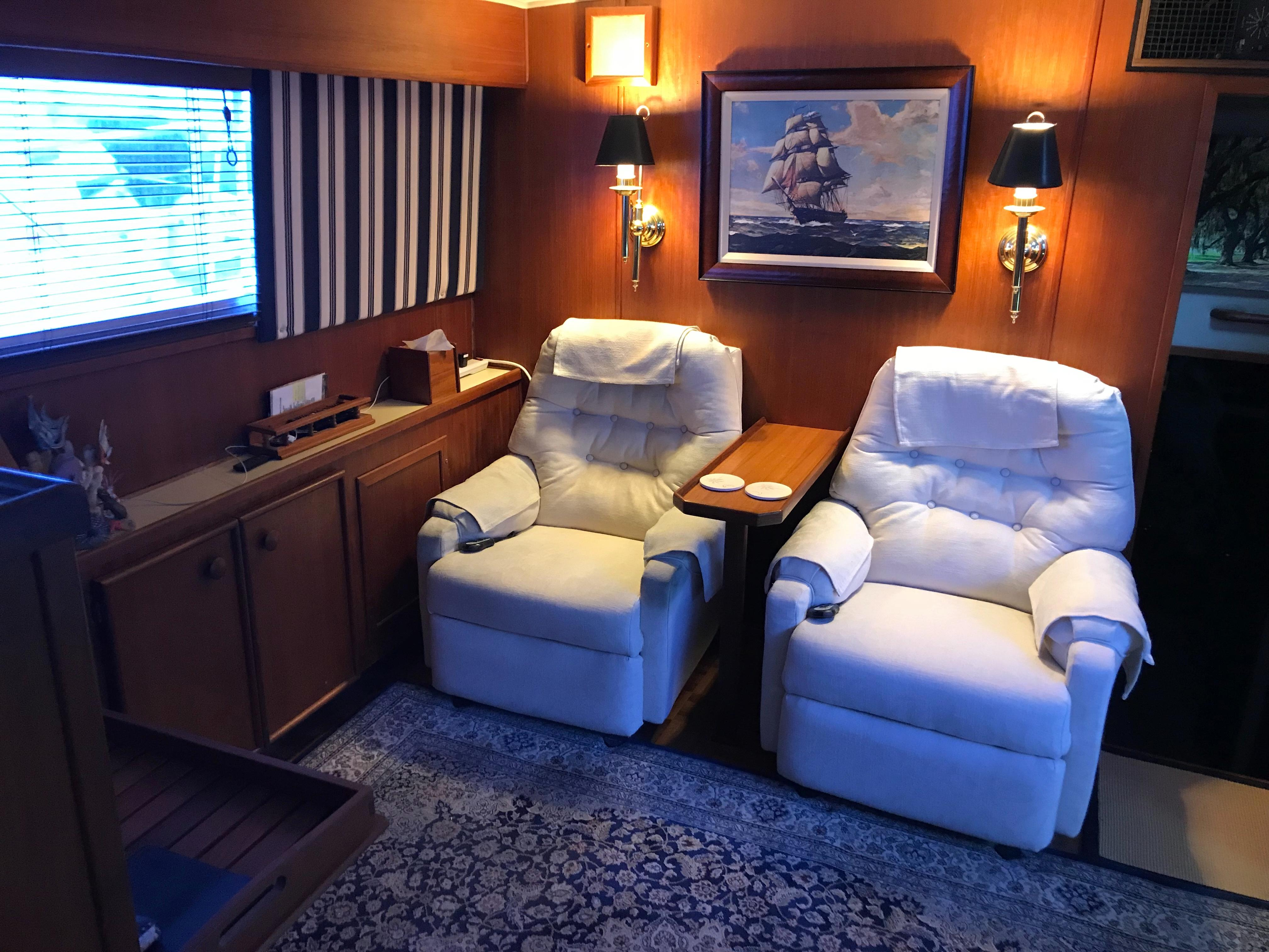 Chris-craft 46 Constellation - Lower Salon Seating