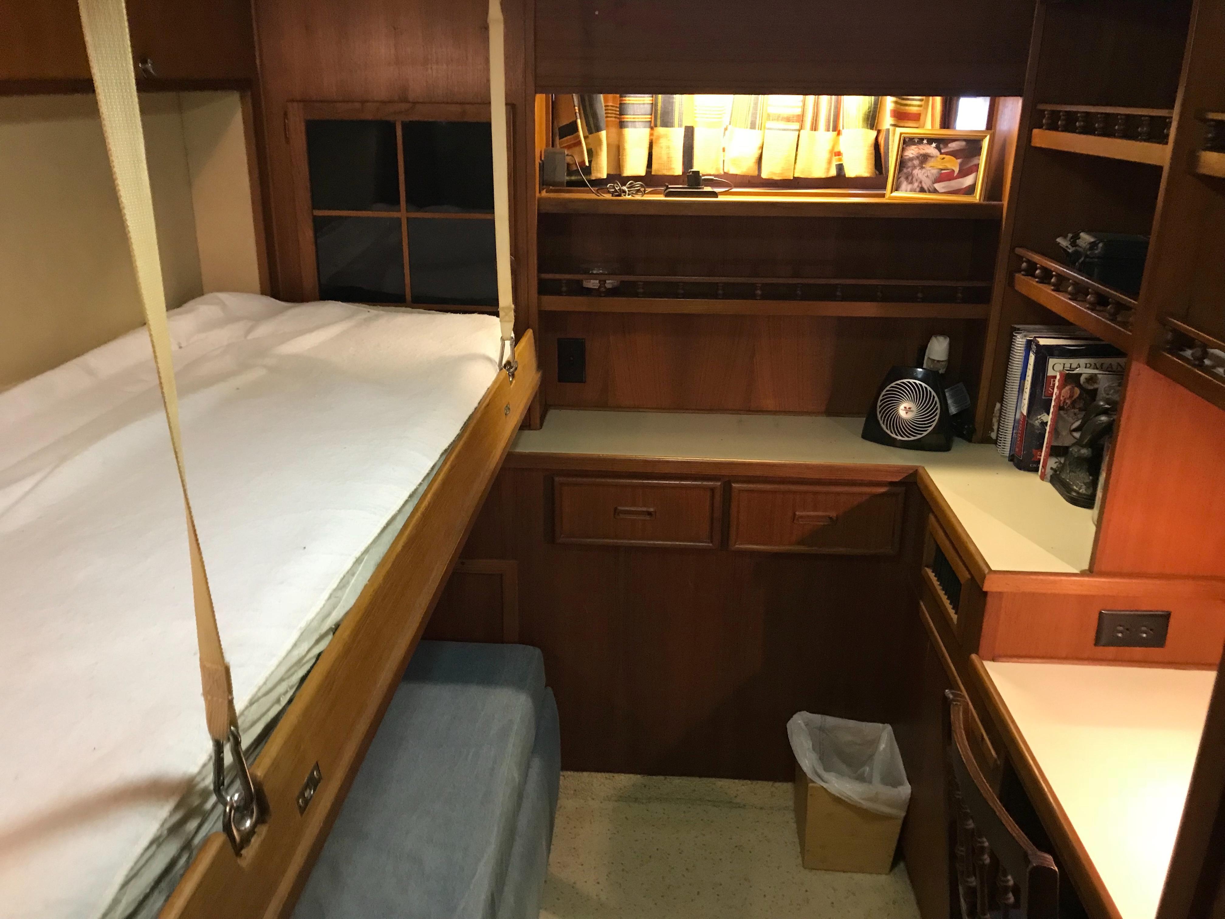 Chris-craft 46 Constellation - Pullman Bunk in Third Stateroom