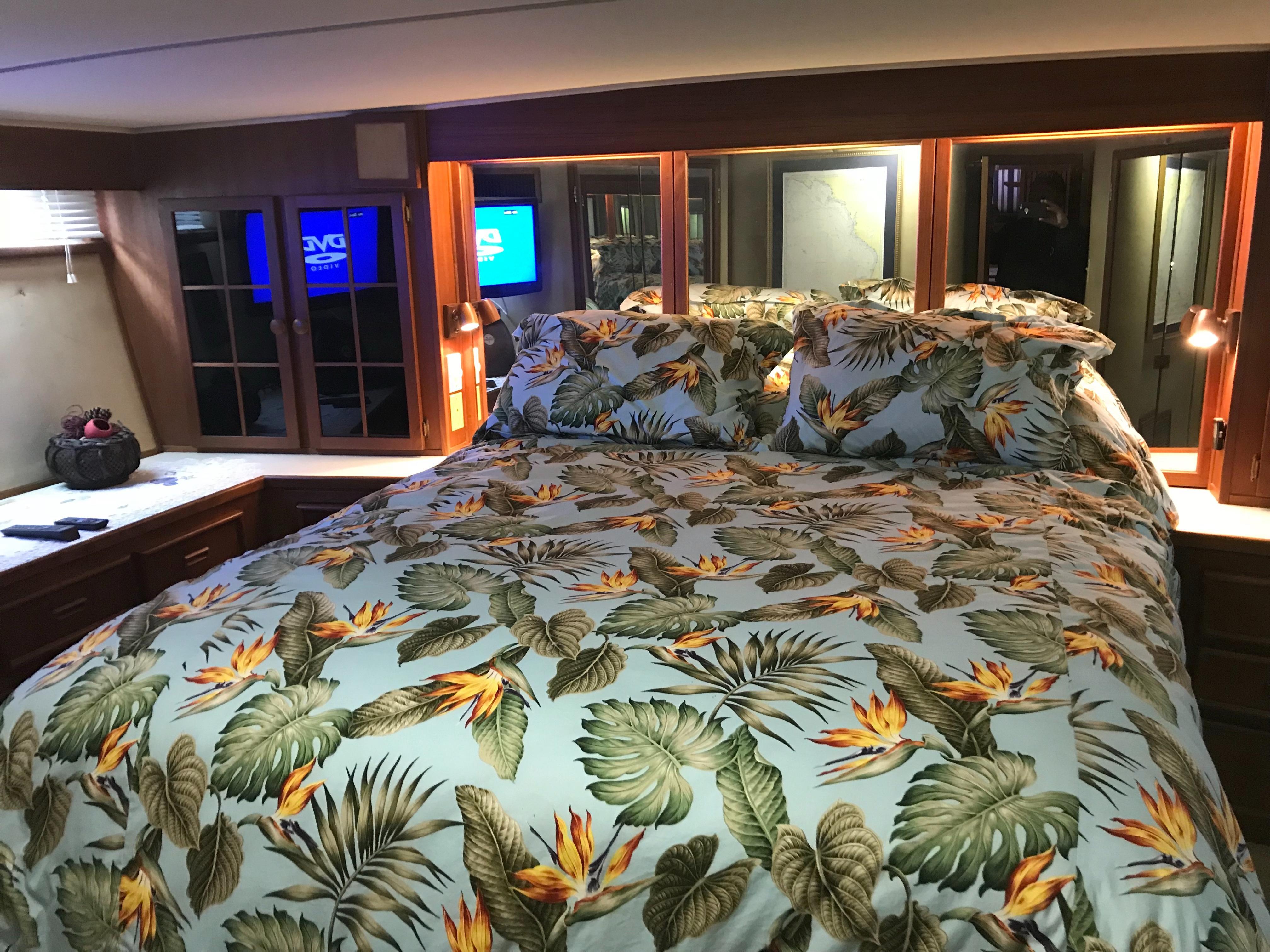Chris-craft 46 Constellation - Island Queen Berth in Master Stateroom