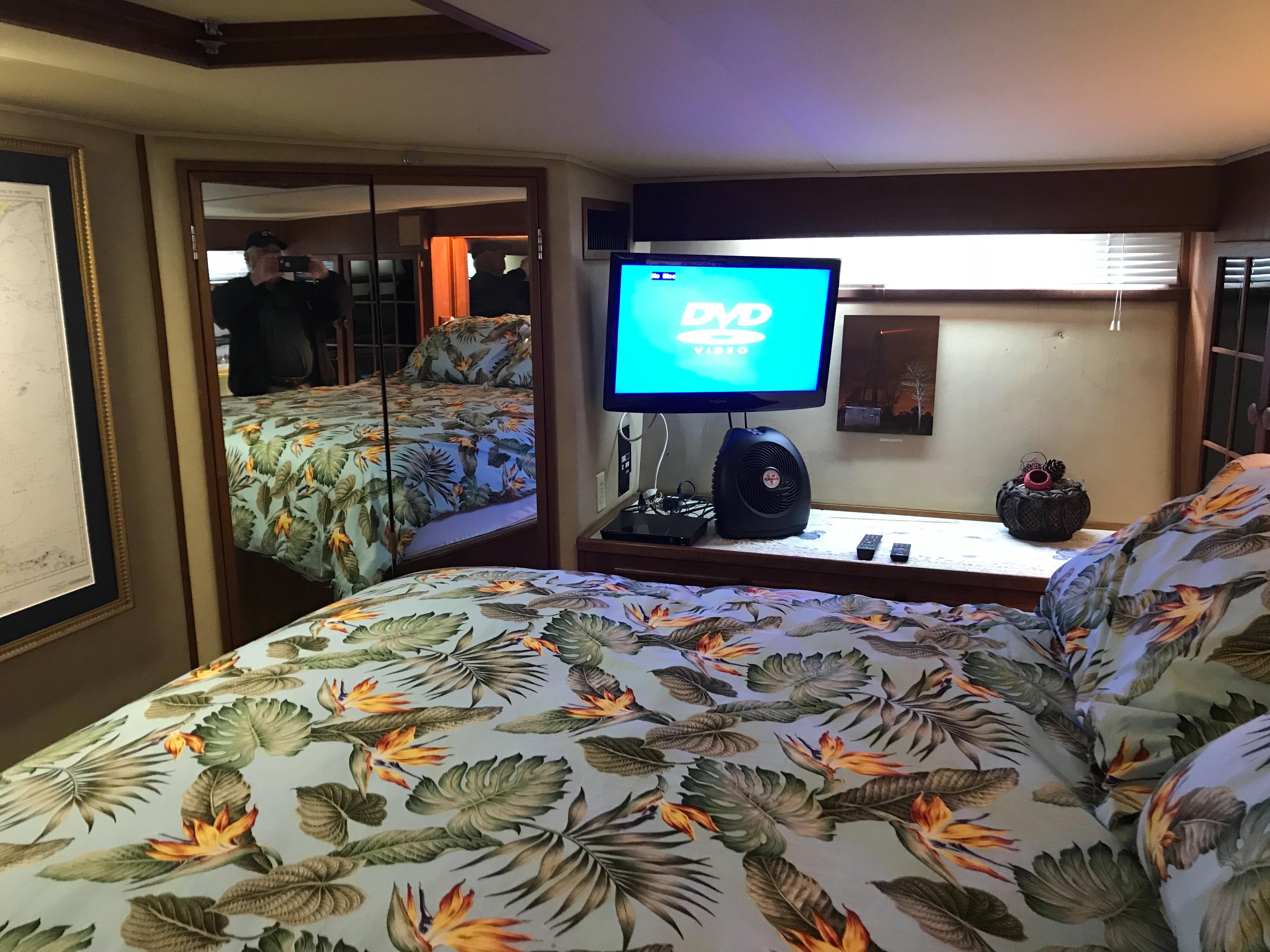 Chris-craft 46 Constellation - Master Stateroom to starboard