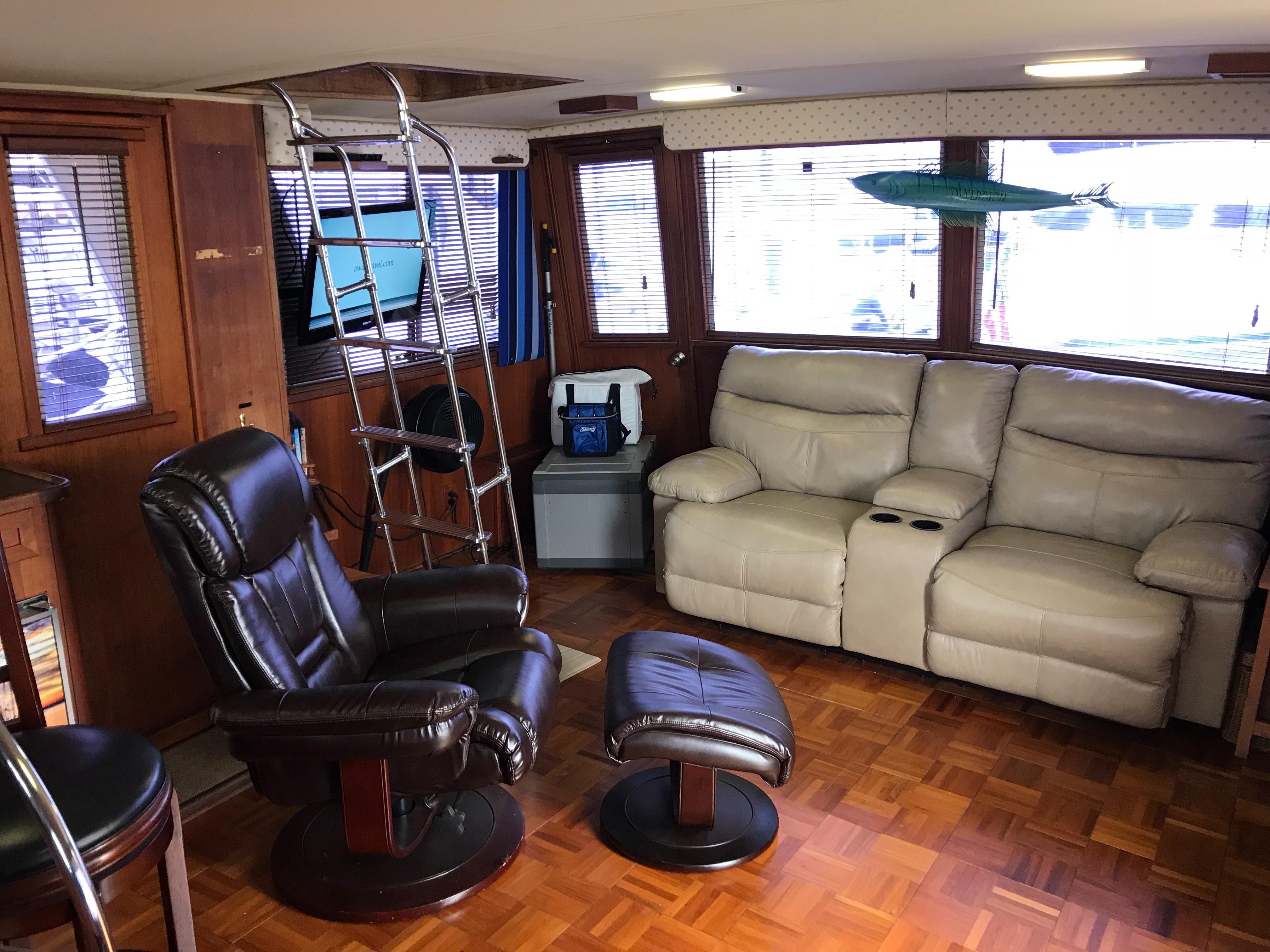 Chris-craft 46 Constellation - Upper Salon to Starboard