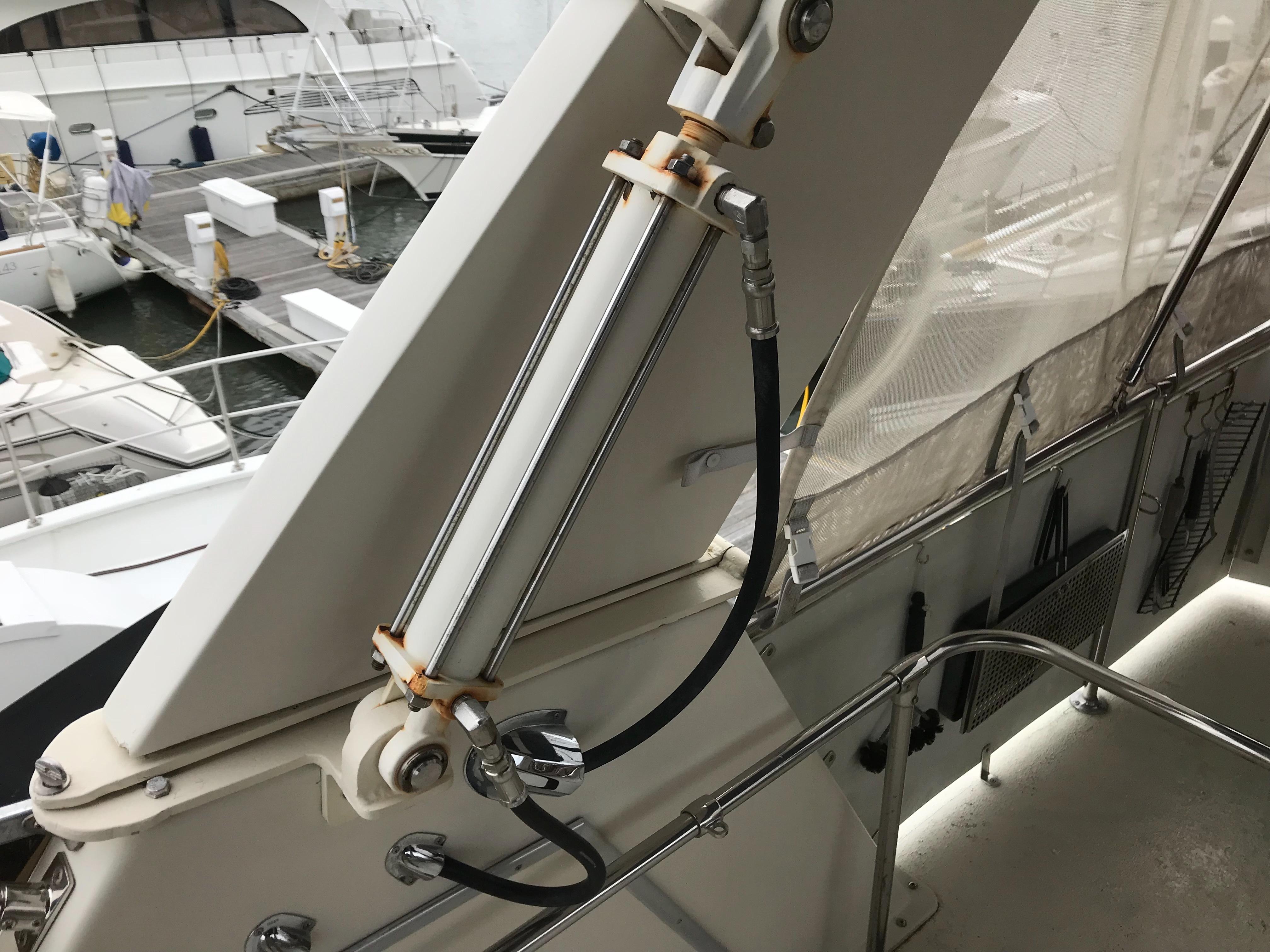 Chris-craft 46 Constellation - Hydraulic Radar Arch folds down