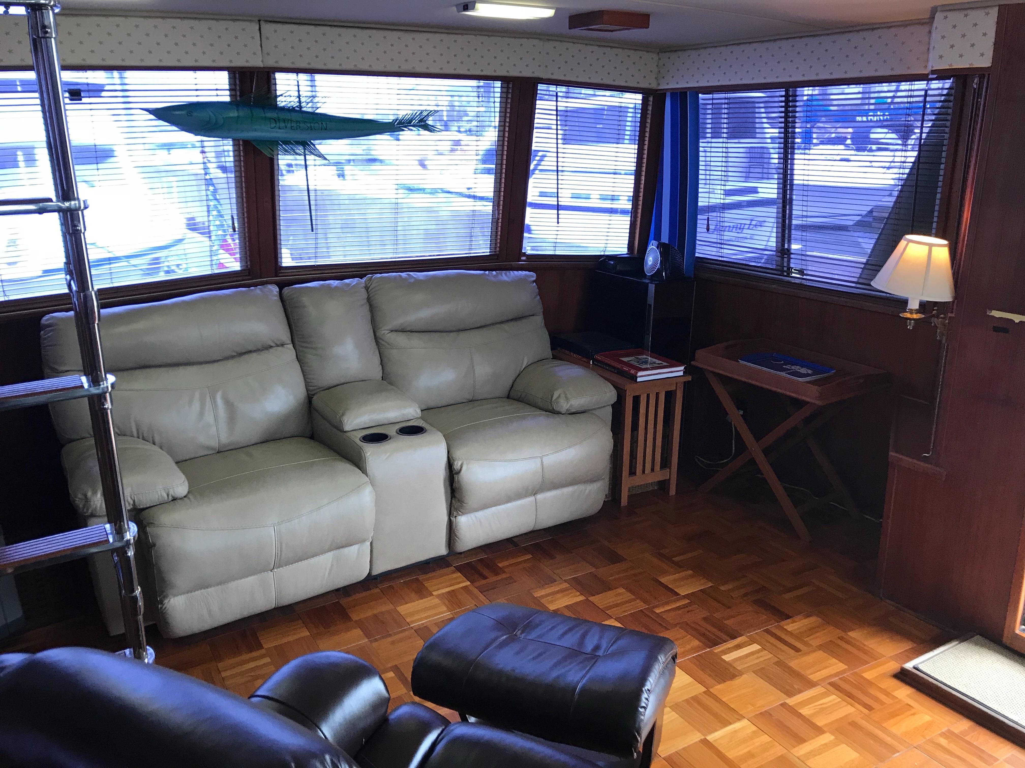 Chris-craft 46 Constellation - Upper Salon to Port