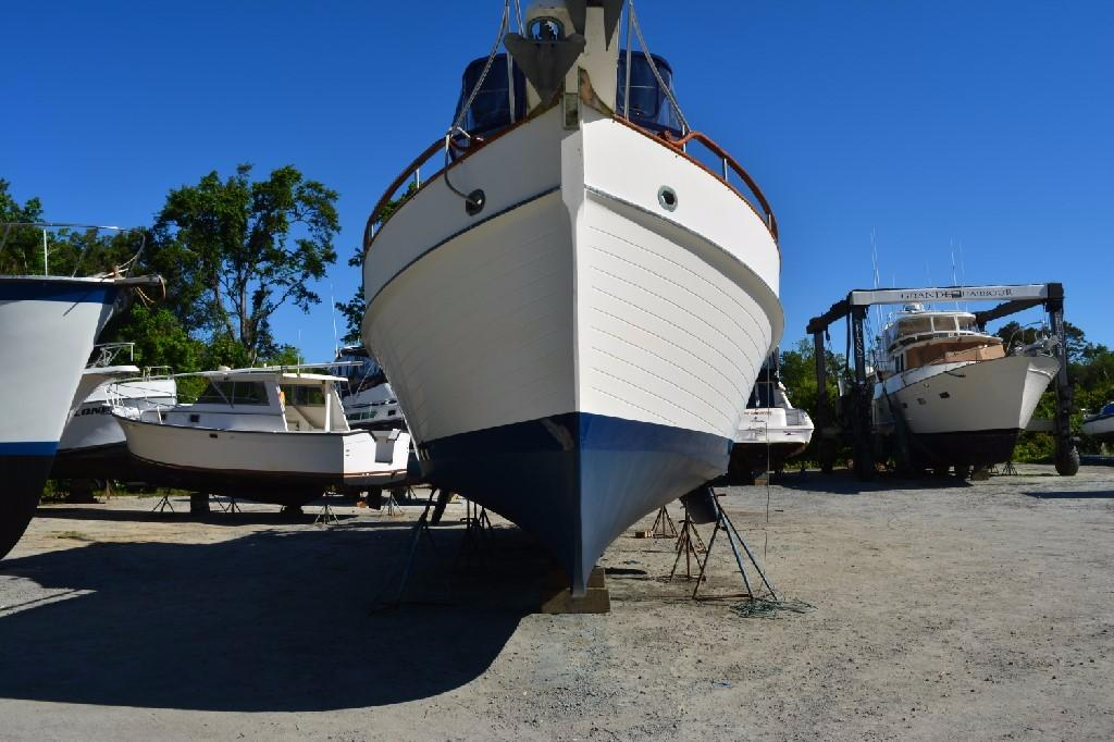 Grand Banks 42 Motoryacht - Bow To
