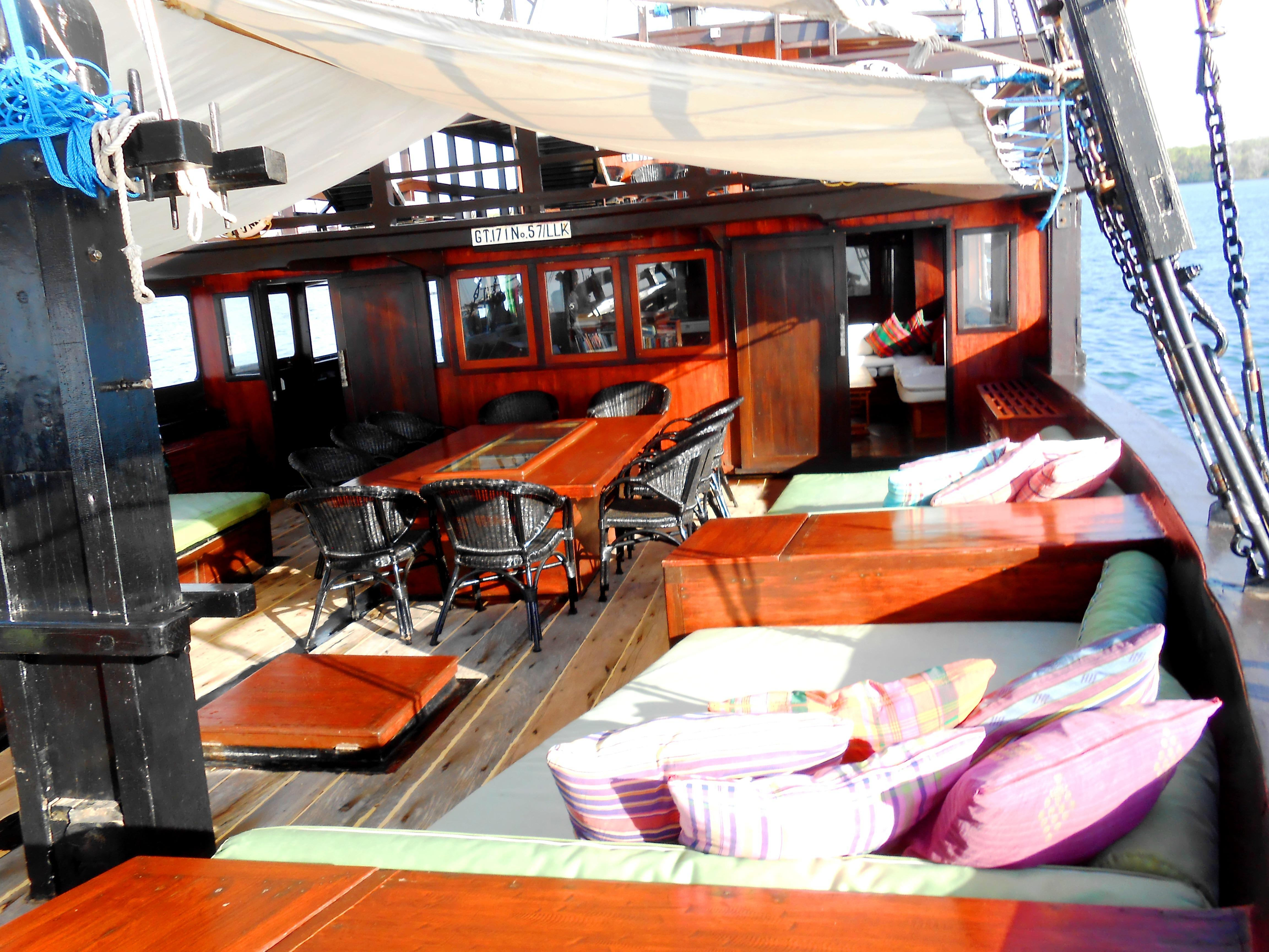 122 ft Bugis Phinisi Foredeck Lounges